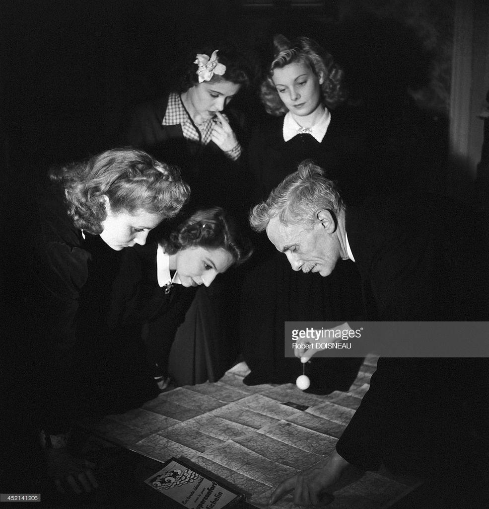 1945. Мужчина в окружении четырех женщин во время сеанса ясновидения.jpg