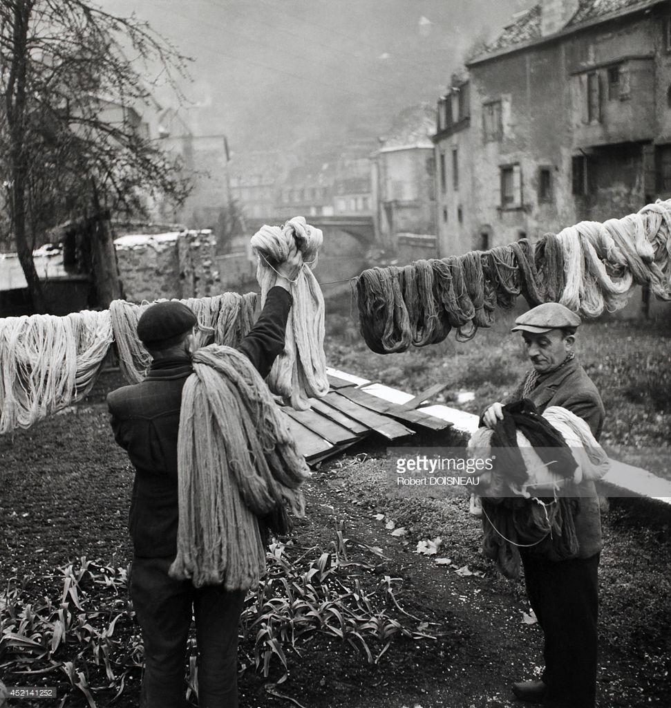 1945. Мужчины развешивают шерсть для просушки. Обюссон.jpg