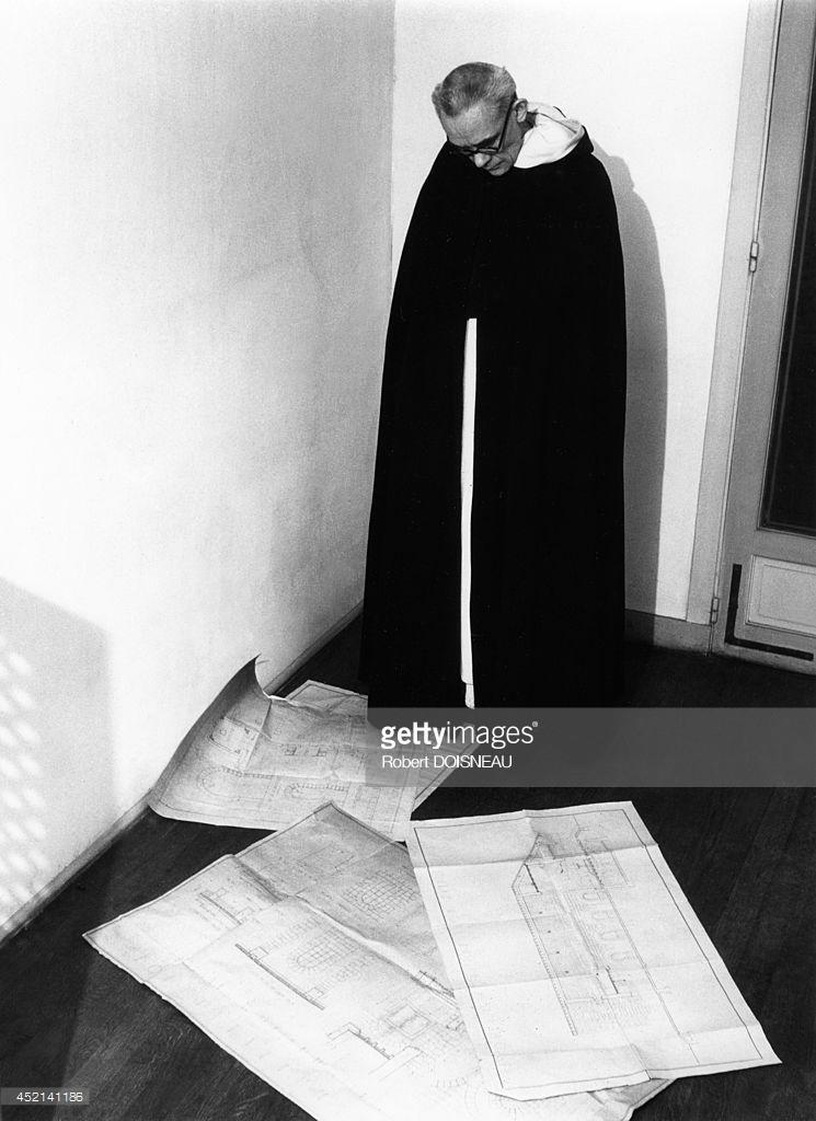1946. Изучение планов Церкви Богоматери всех благодатей в Асси, спроектированной архитектором Морисом Новарином.jpg