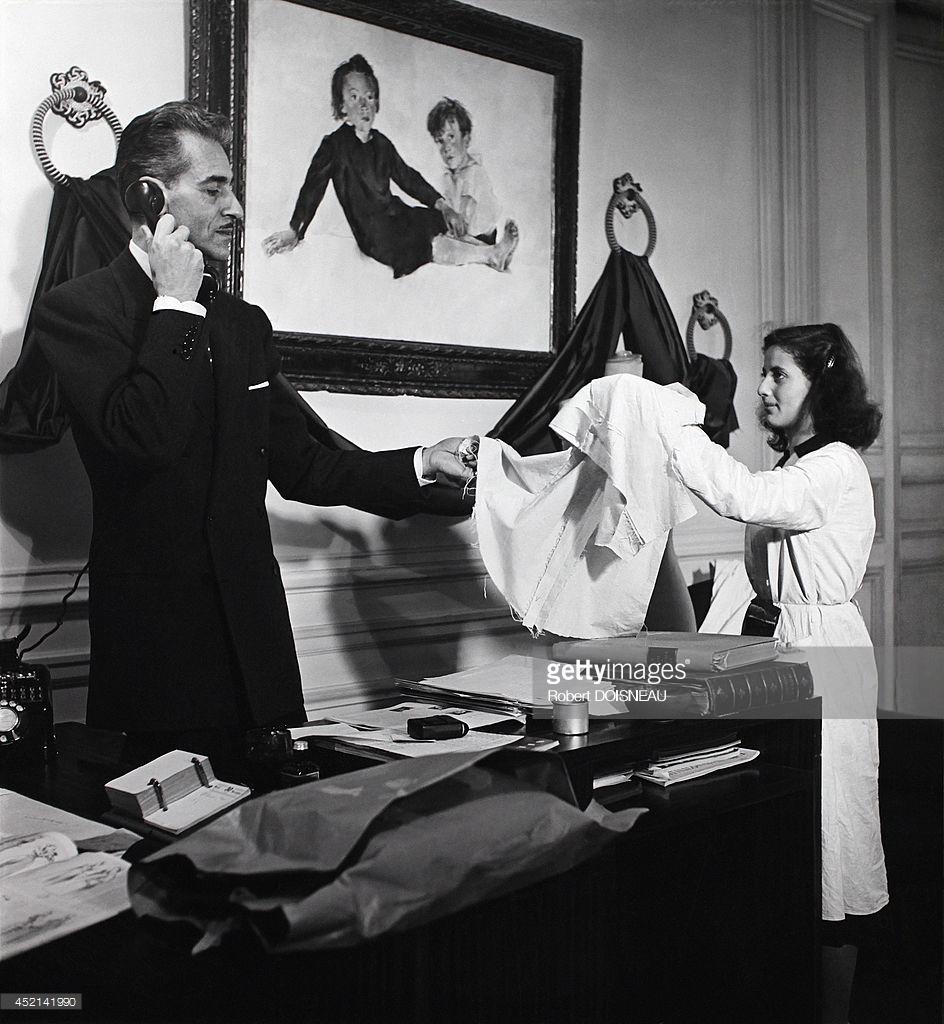 1947. Женщина показывает ткани модельеру Роберу Пиге.jpg
