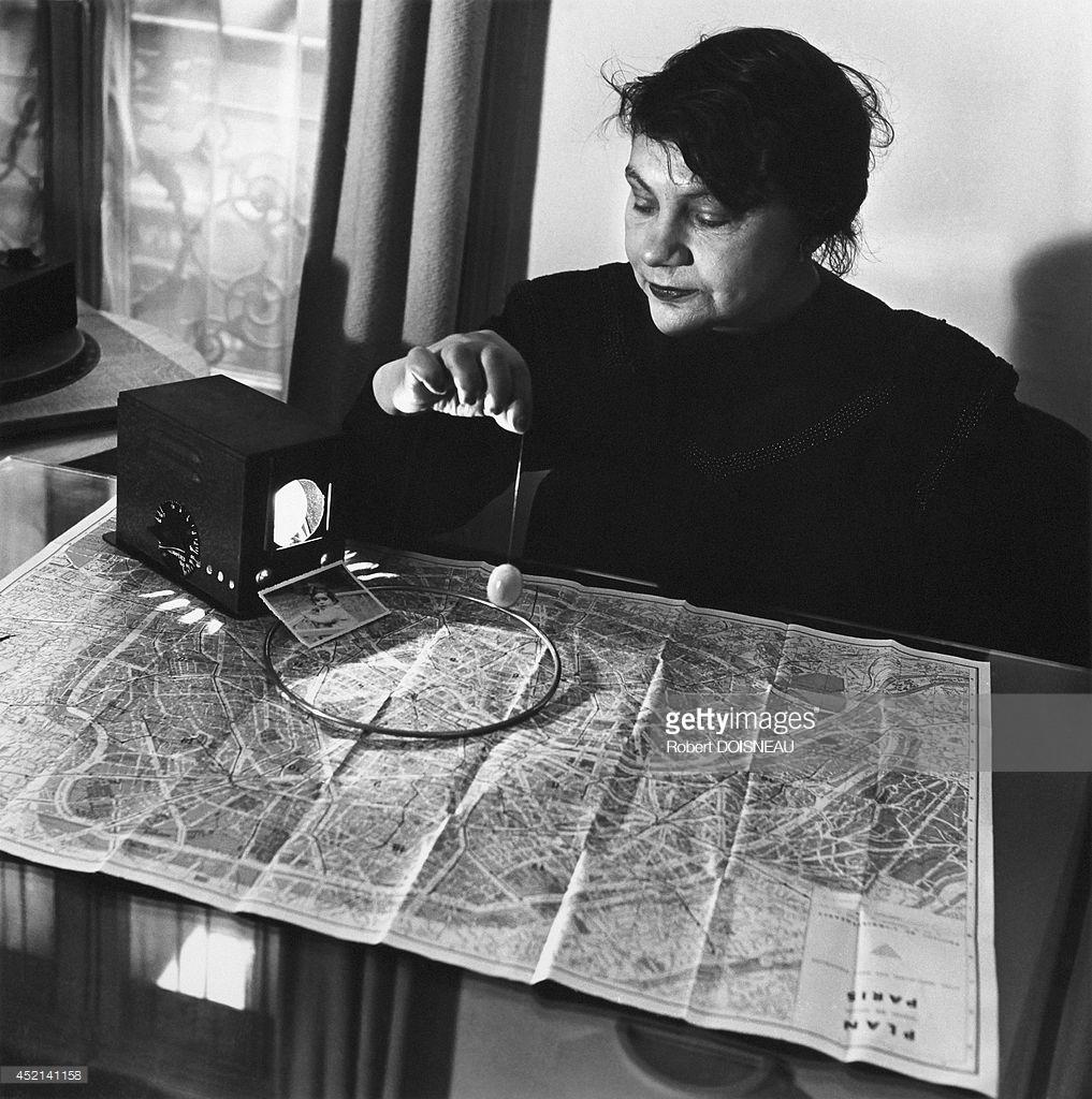 1948. Г-жа Мори, медиум, ищет пропавшего ребенка по карте.jpg