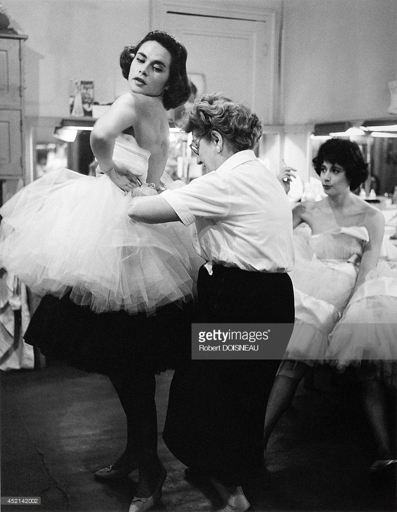 1958. Женщина помогает одеться модели перед показом мод.jpg