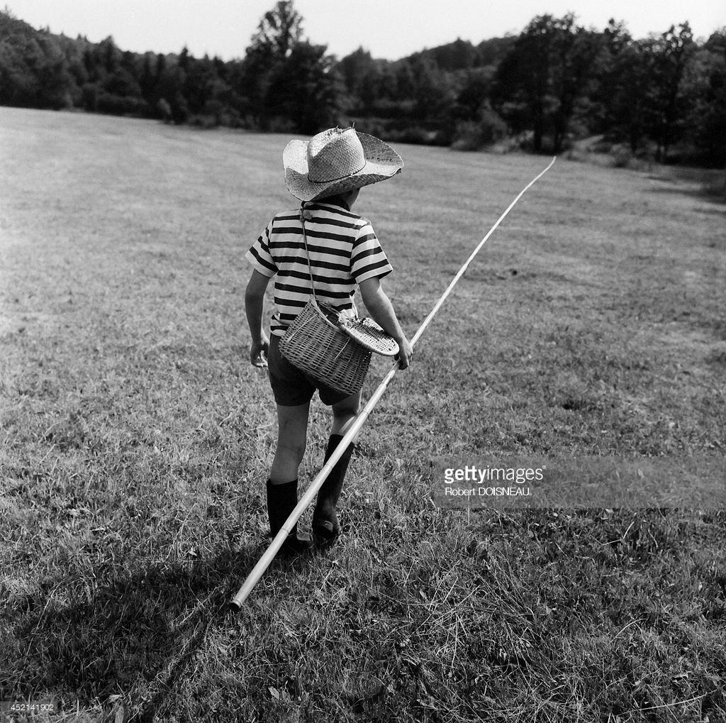 1964. Маленький мальчик, пересекающий луг с удочкой и в шляпе у реки Ле Вианон. Коррез.jpg