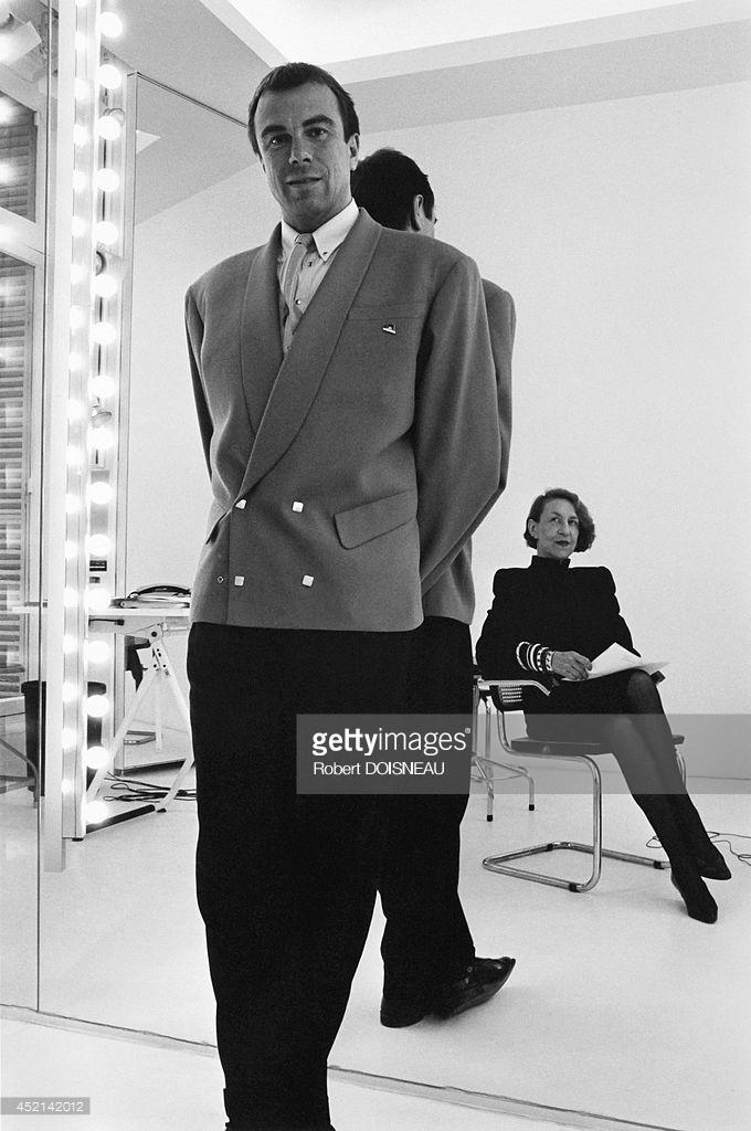 1985. Модельер Тьерри Мюглер позирует у зеркала перед художником-постановщиком Андре Путман, сидящей в кресле.jpg