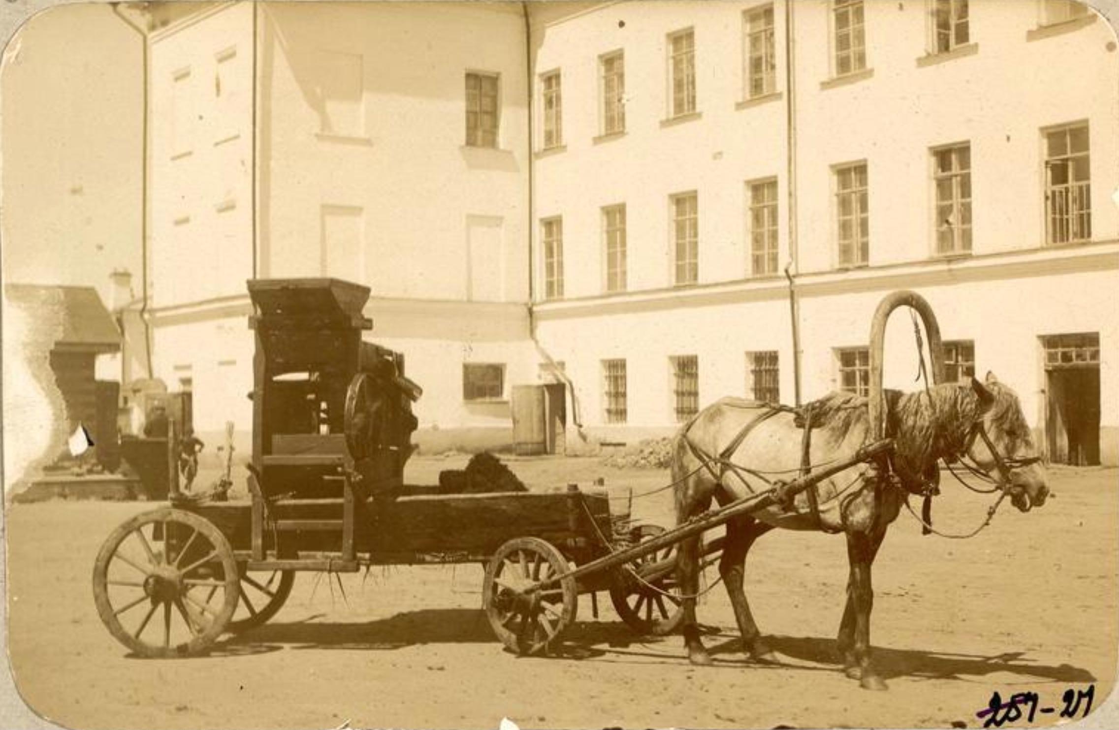 Веялка старого типа на заднем дворе войскового хозяйственного правления СКВ.jpg