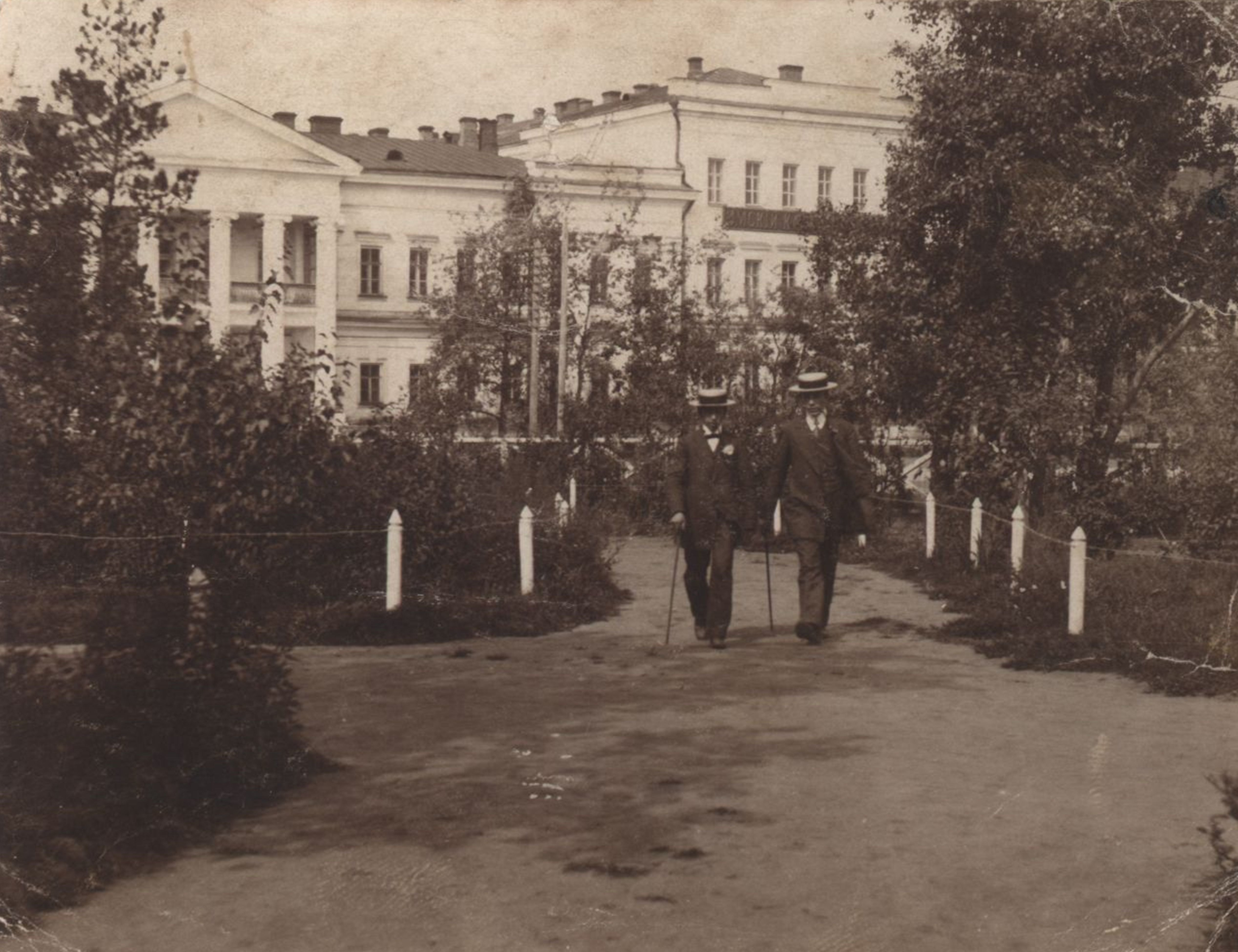 Вид на Омский кадетский корпус с Никольской площади.jpg