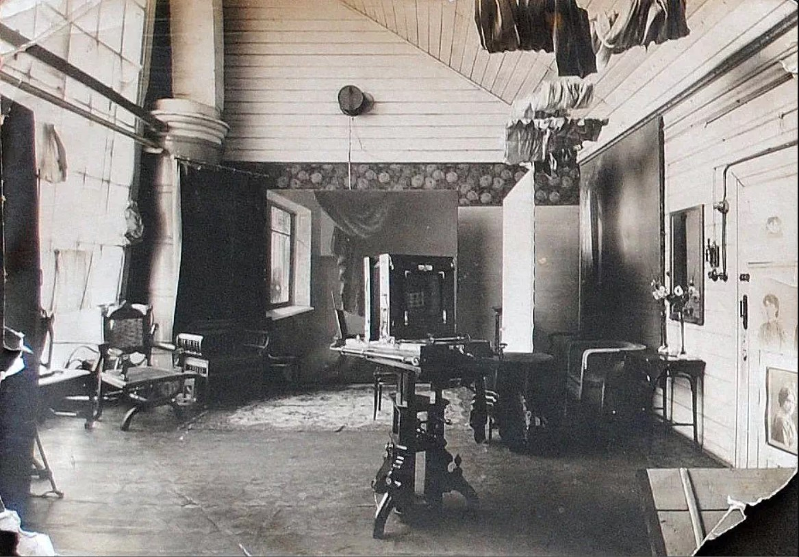 Рабочее помещение фотостудии первой омской женщины-фотографа Зои Ждановой.jpg
