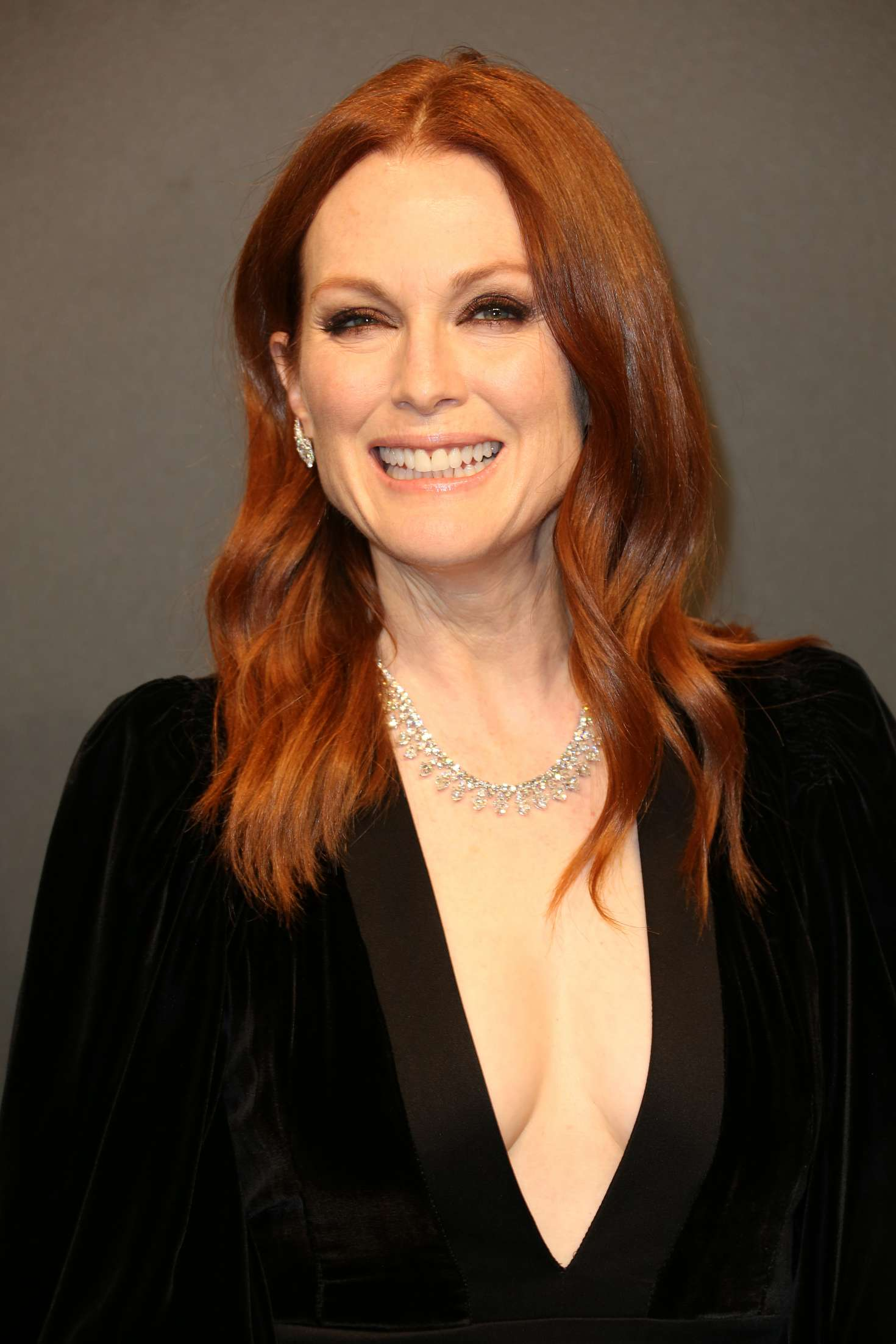 47881430_julianne-moore-chopard-dinner-at-70th-cannes-film-festival-03.jpg