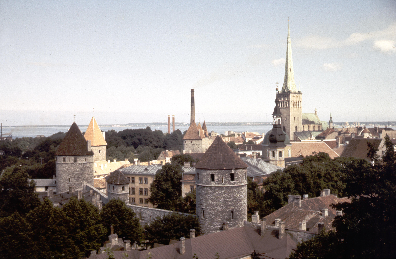 Таллин. Вид на Старый город со смотровой площадки на лестнице Паткули.jpg