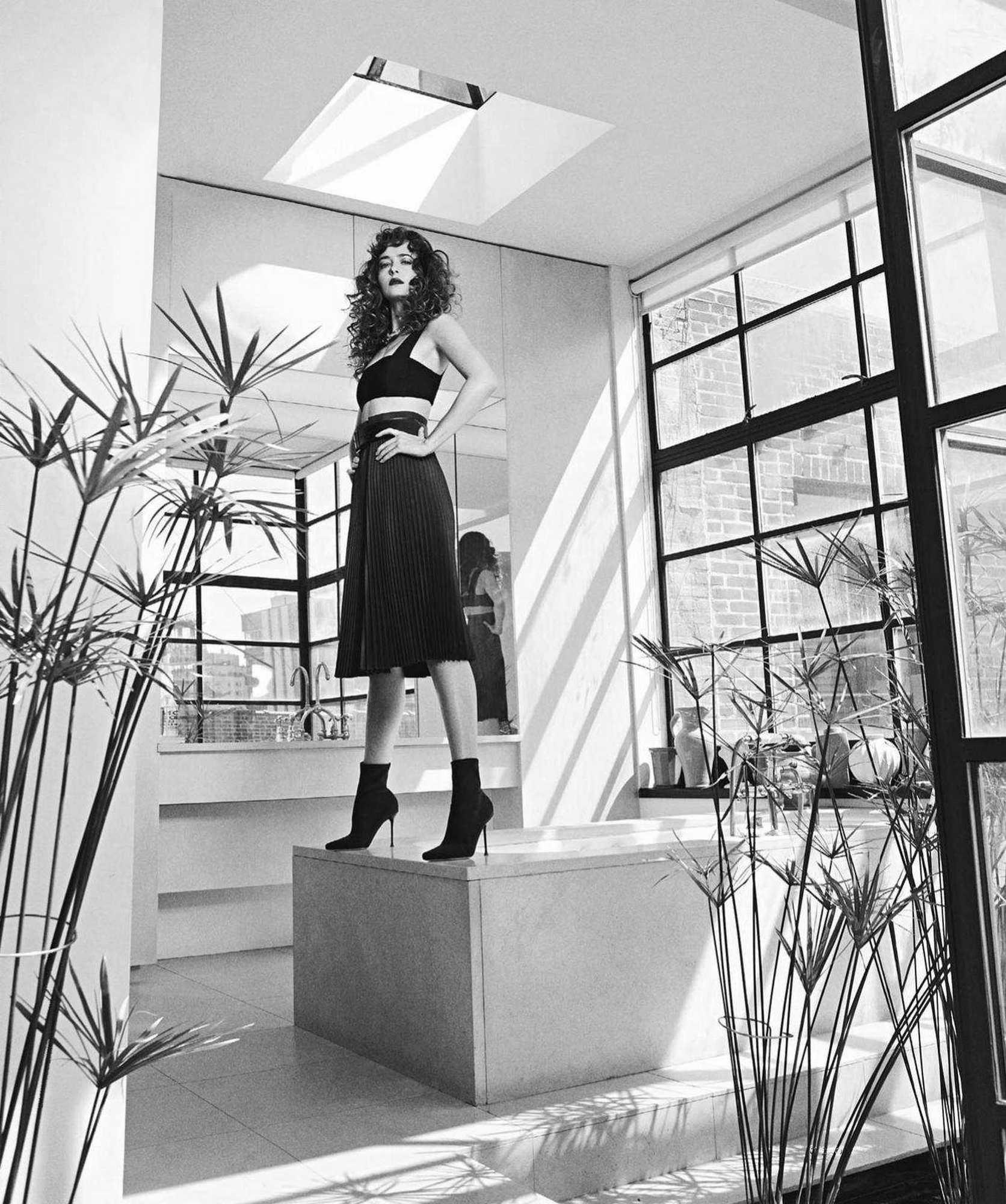 Dakota-Johnson-Emma-Summerton-Photoshoot-for-Vogue-Australia-October-2018ddcb3e983482434.jpg