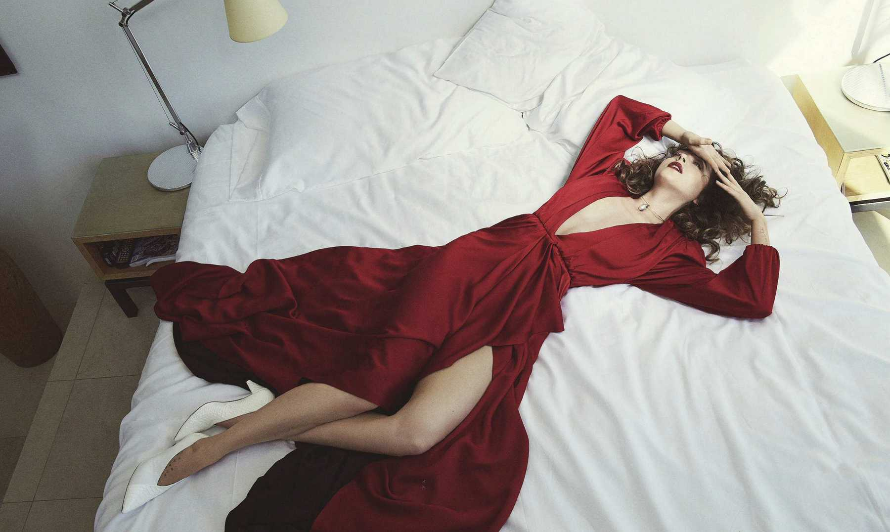 Dakota-Johnson-Emma-Summerton-Photoshoot-for-Vogue-Australia-October-2018341cd4983482654.jpg