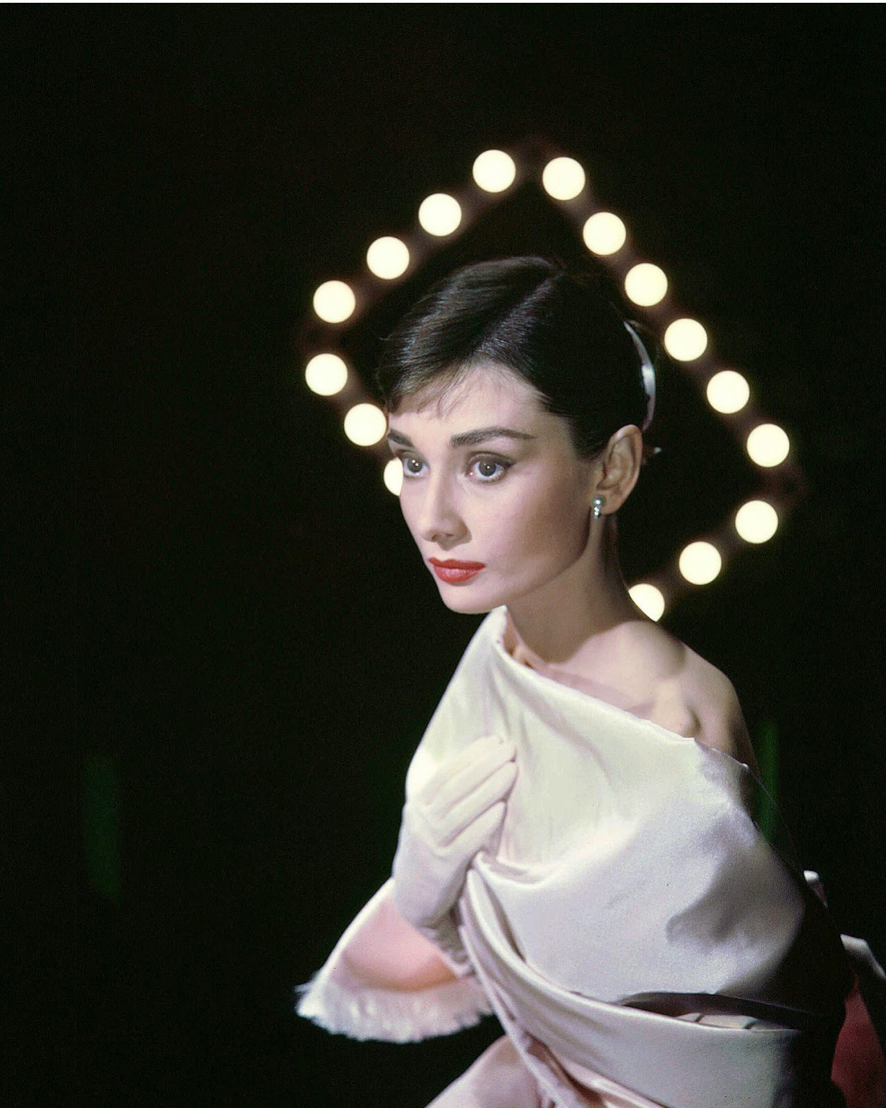 audrey-hepburn-photographed-by-allan-grant-for-life-magazine-in-new-york-usa-on-march-08-1956.jpg