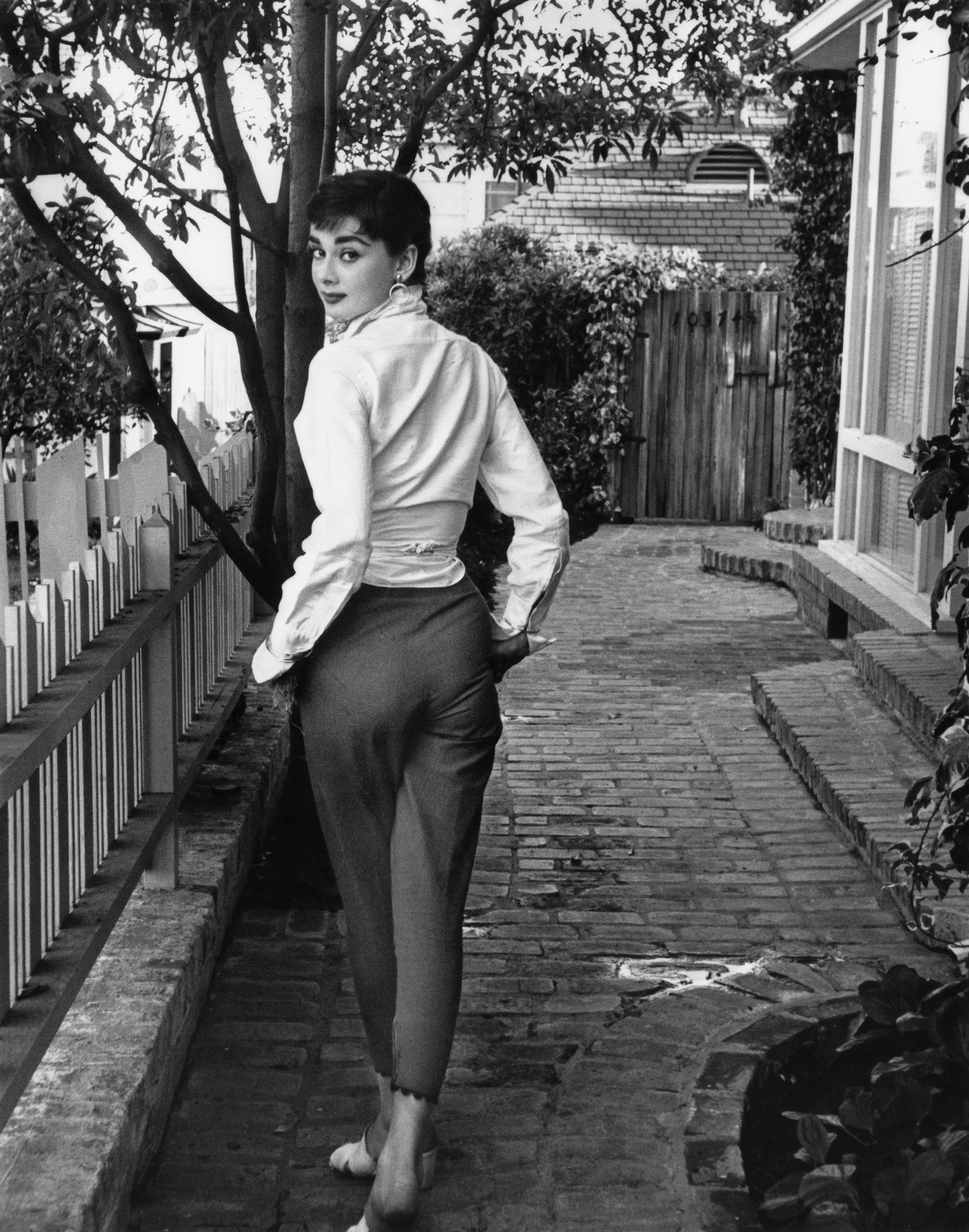 audrey-strolls-in-front-of-her-beverly-hills-apartment-hepburn-hollywood-1953.jpg