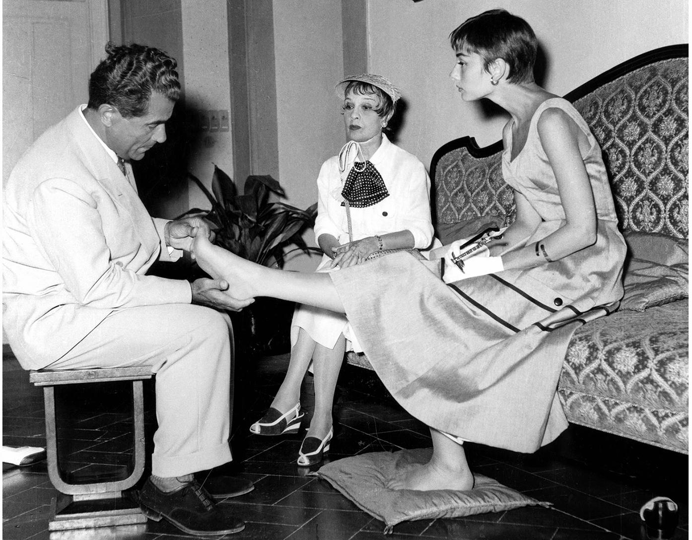 salvatore-ferragamo-con-audrey-hepburn-e-la-scrittrice-anita-loos-a-palazzo-spini-feroni-1954-firenze-archivio-foto-locchi.jpg