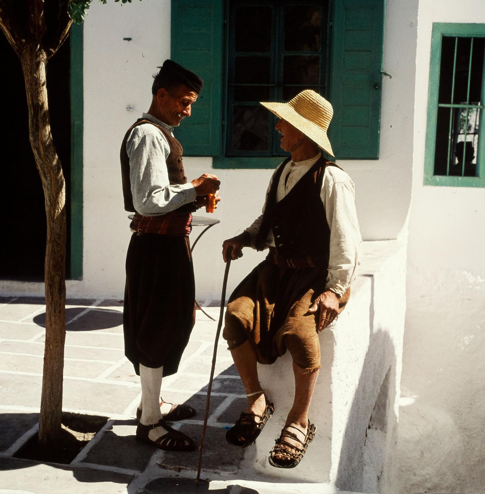 Иос. Старики в традиционной одежде.jpg