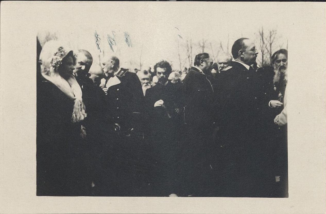 Закладка Дома науки имени П.И. Макушина. На месте закладки в ожидании начала молебна стоят представители местной власти.jpg