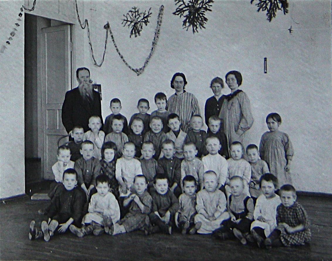 Макушин и воспитанники «Очага для солдатских детей» (1914–1915 годы).jpg