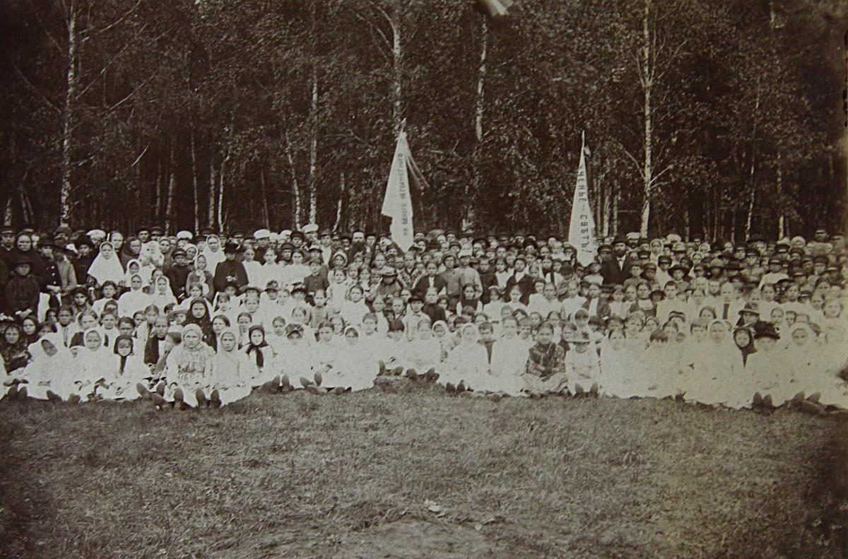 Макушин П.И. среди учащихся на школьном празднике в Томске 1891.jpg