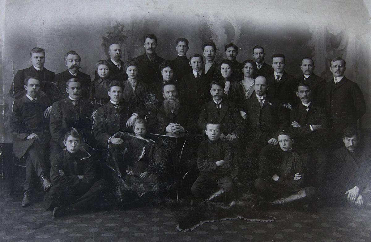 П.И. Макушин со служащими магазина и бесплатной библиотеки. Томск. 1910.jpg
