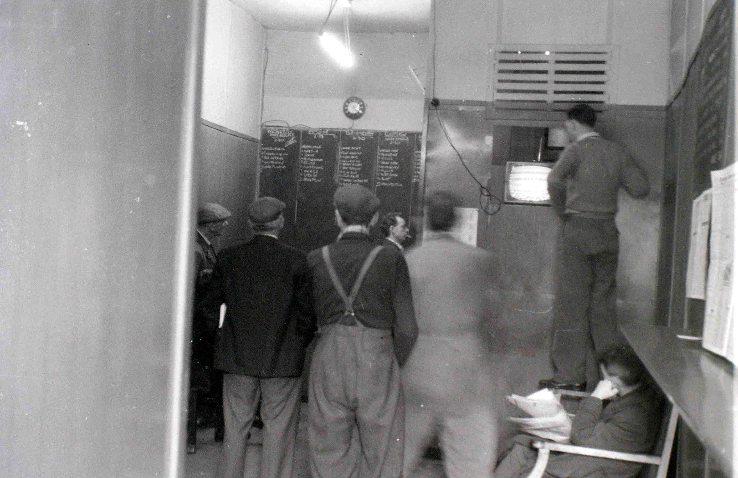 Глазго, 19 апреля 1960. Нелегальная точка букмейкеров.jpg