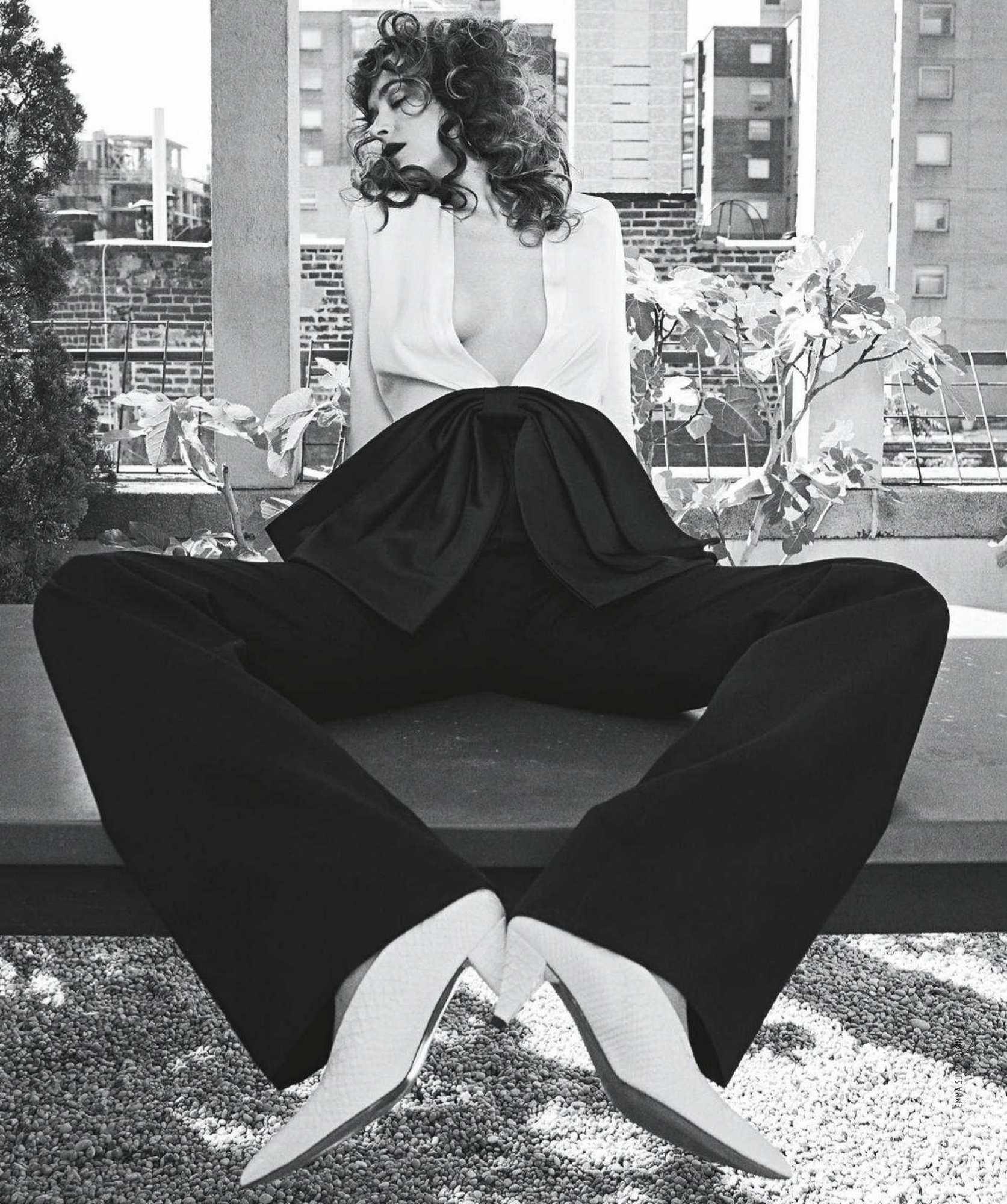 Dakota-Johnson-Emma-Summerton-Photoshoot-for-Vogue-Australia-October-2018e22748982741874.jpg