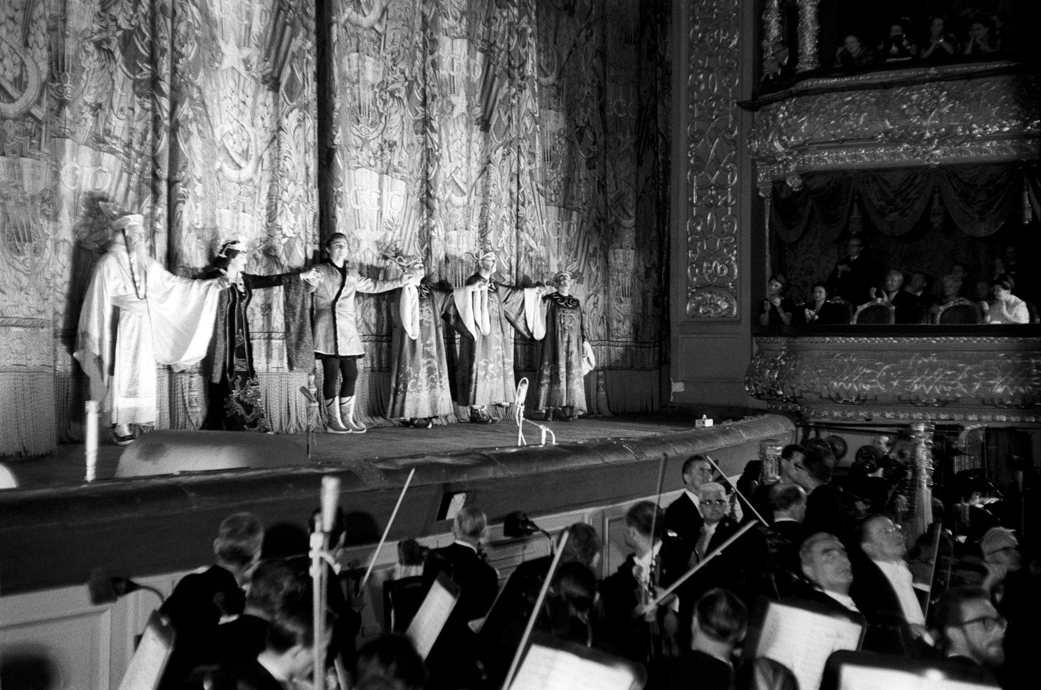 Актеры театра Ла Скала выражают благодарность аудитории в конце выступления.png