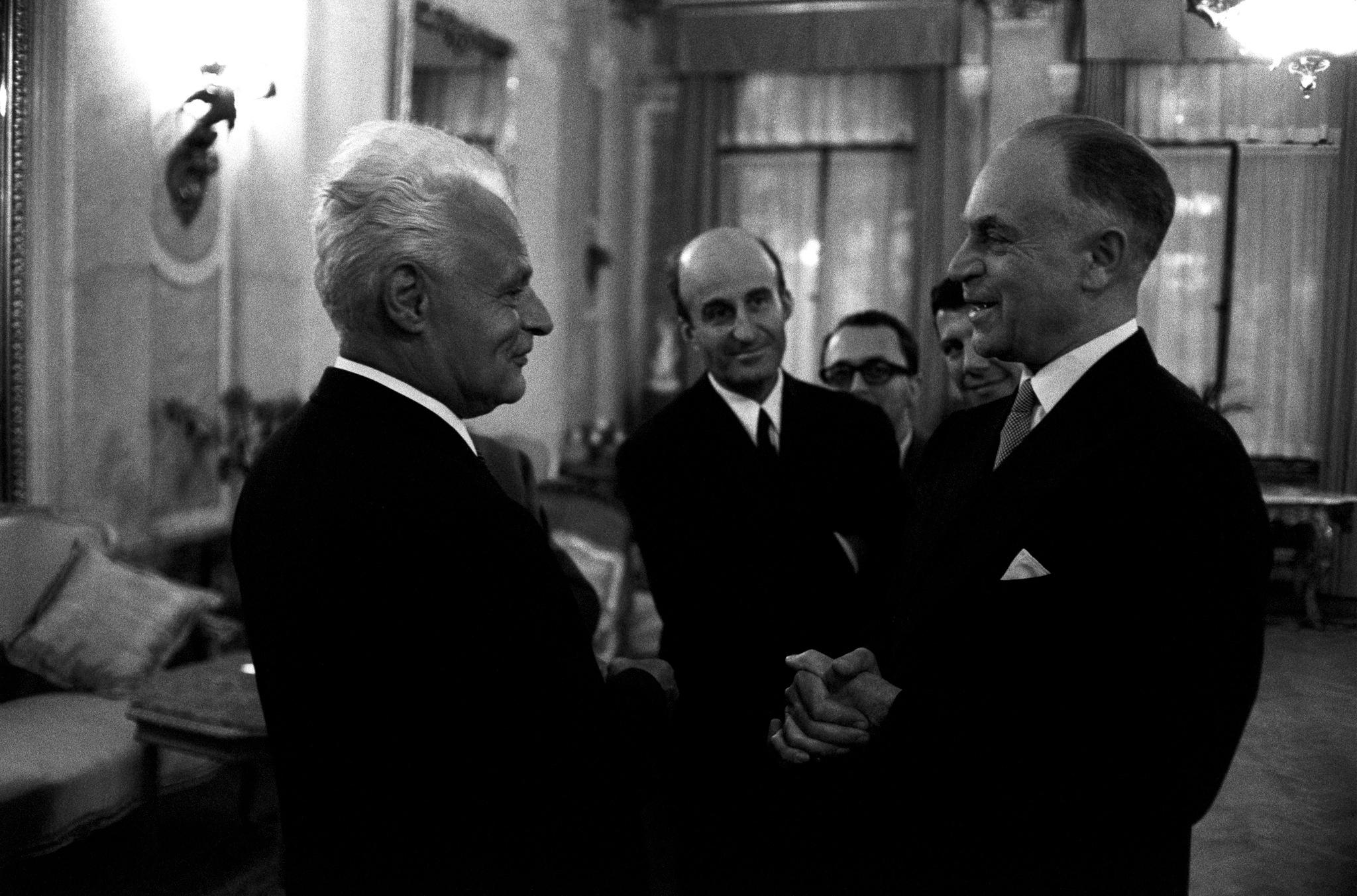 Антонио Гирингхелли, глава Театра Ла Скалла получает комплименты от некоторых советских знаменитостей за исполнение «Турандот»..png