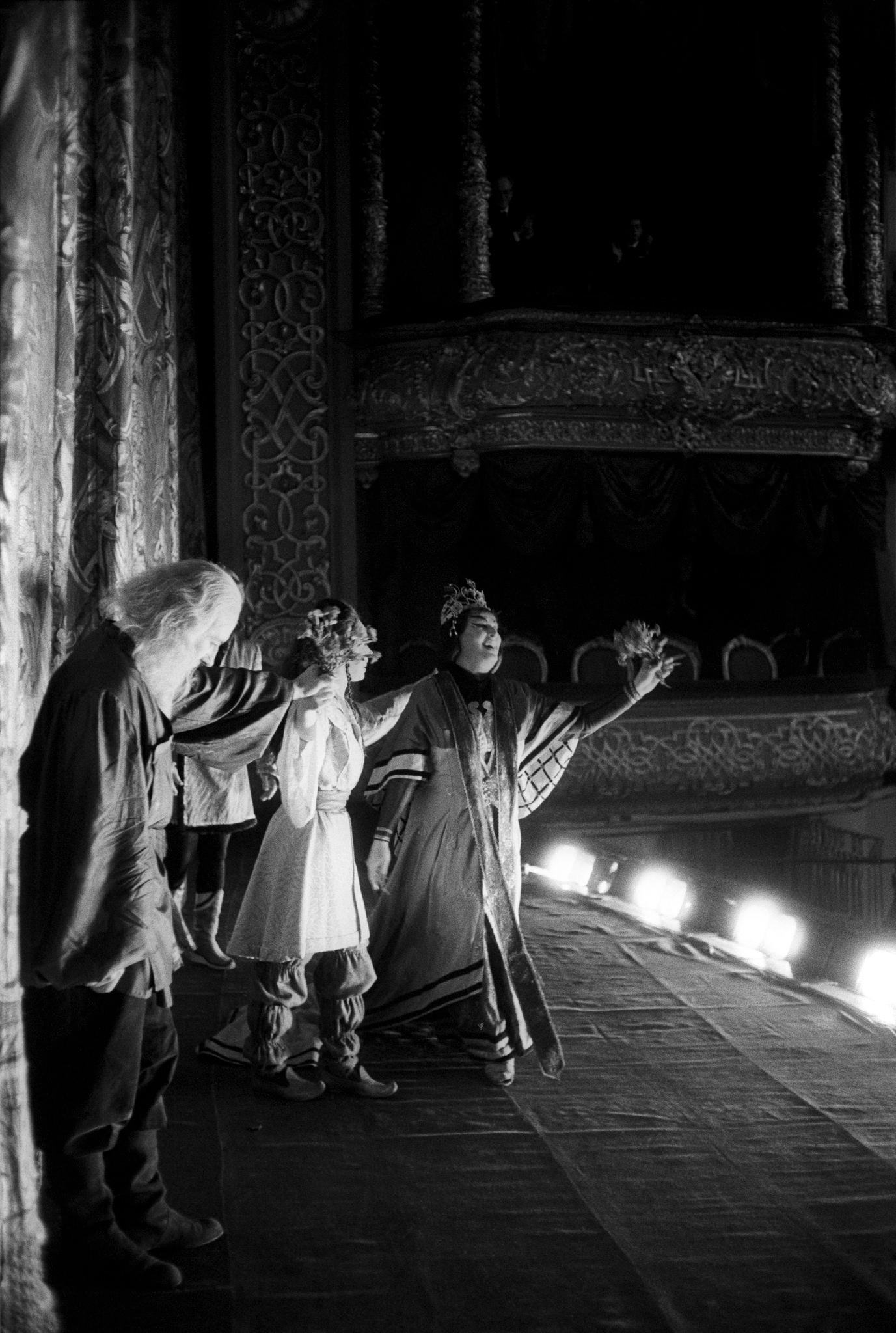 Биргит Нильссон поет арию из «Турандот» с другими двумя исполнителями на сцене.png
