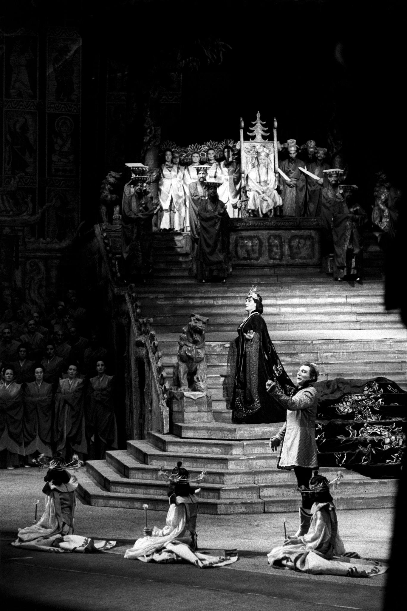 Бруно Преведи в роли Неизвестного принца на сцене Большого театра.png