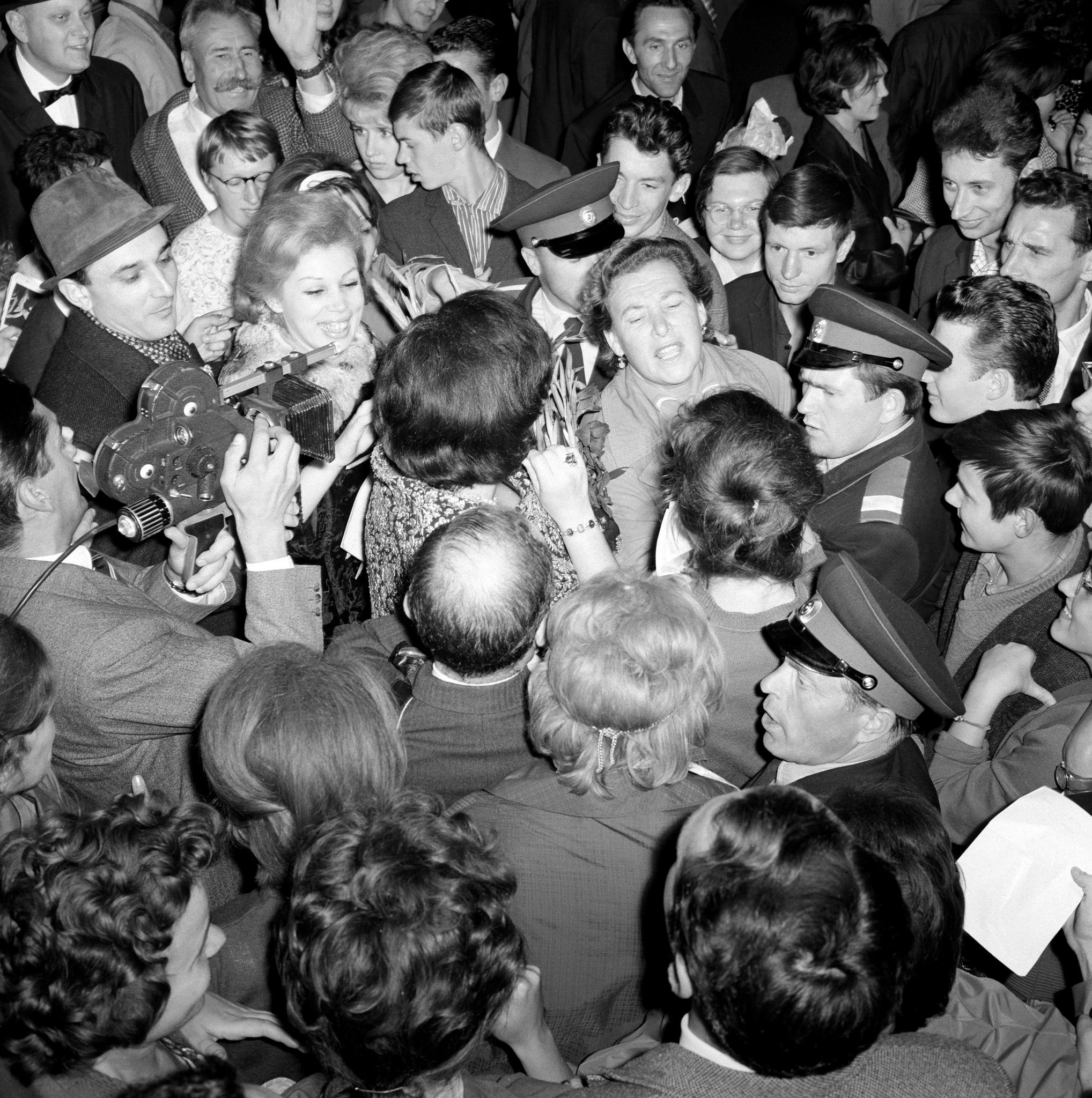 Бруно Преведи, Фиоренца Коссотто, Мирелла Френи и Маргарита Уоллман, окруженные зрителями вне театра, в конце выступления «Турандот». Большой театр.p…