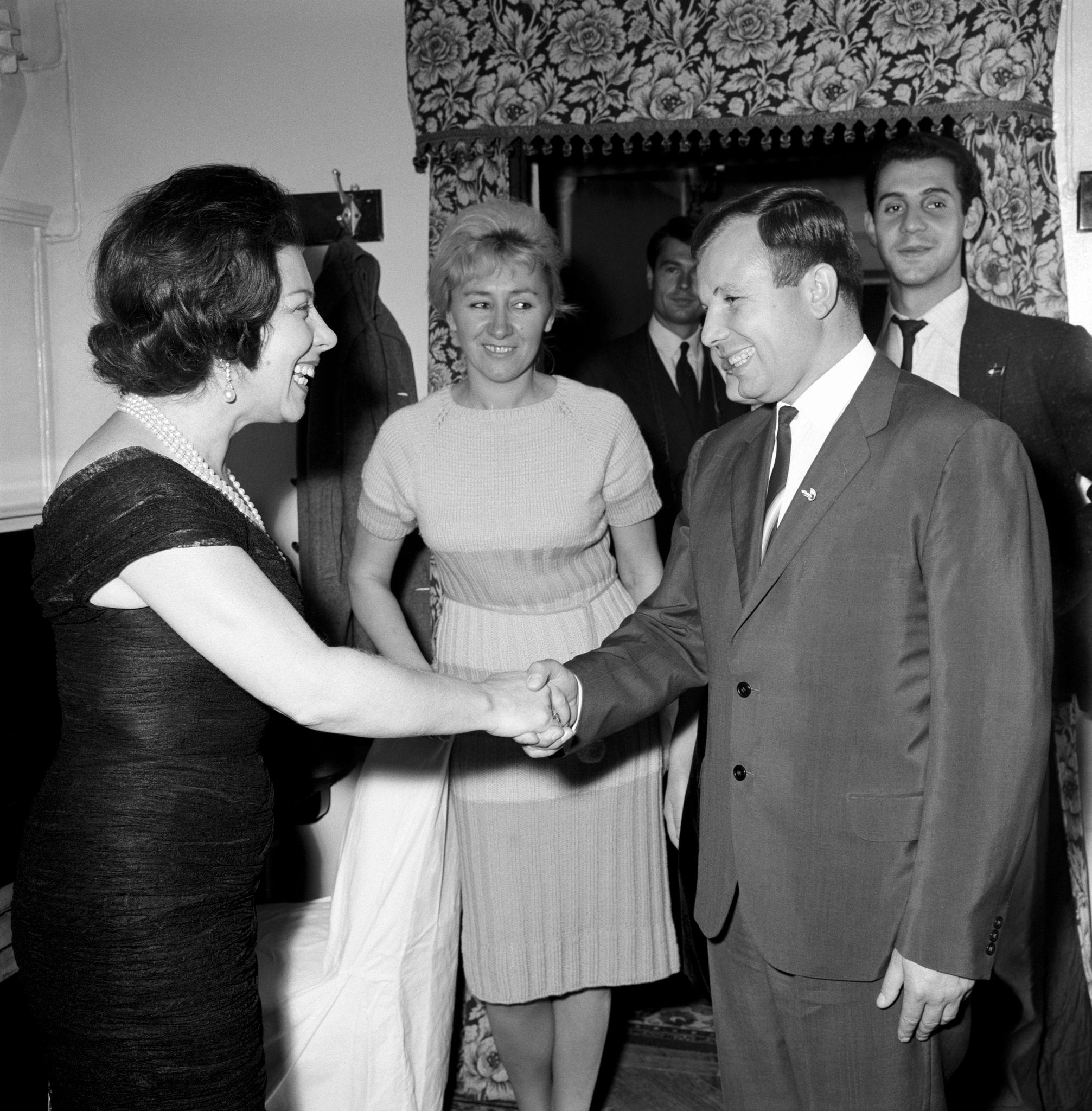 Джульетта Симионато пожимает руки советскому астронавту Юрию Гагарину в конце спектакля..png