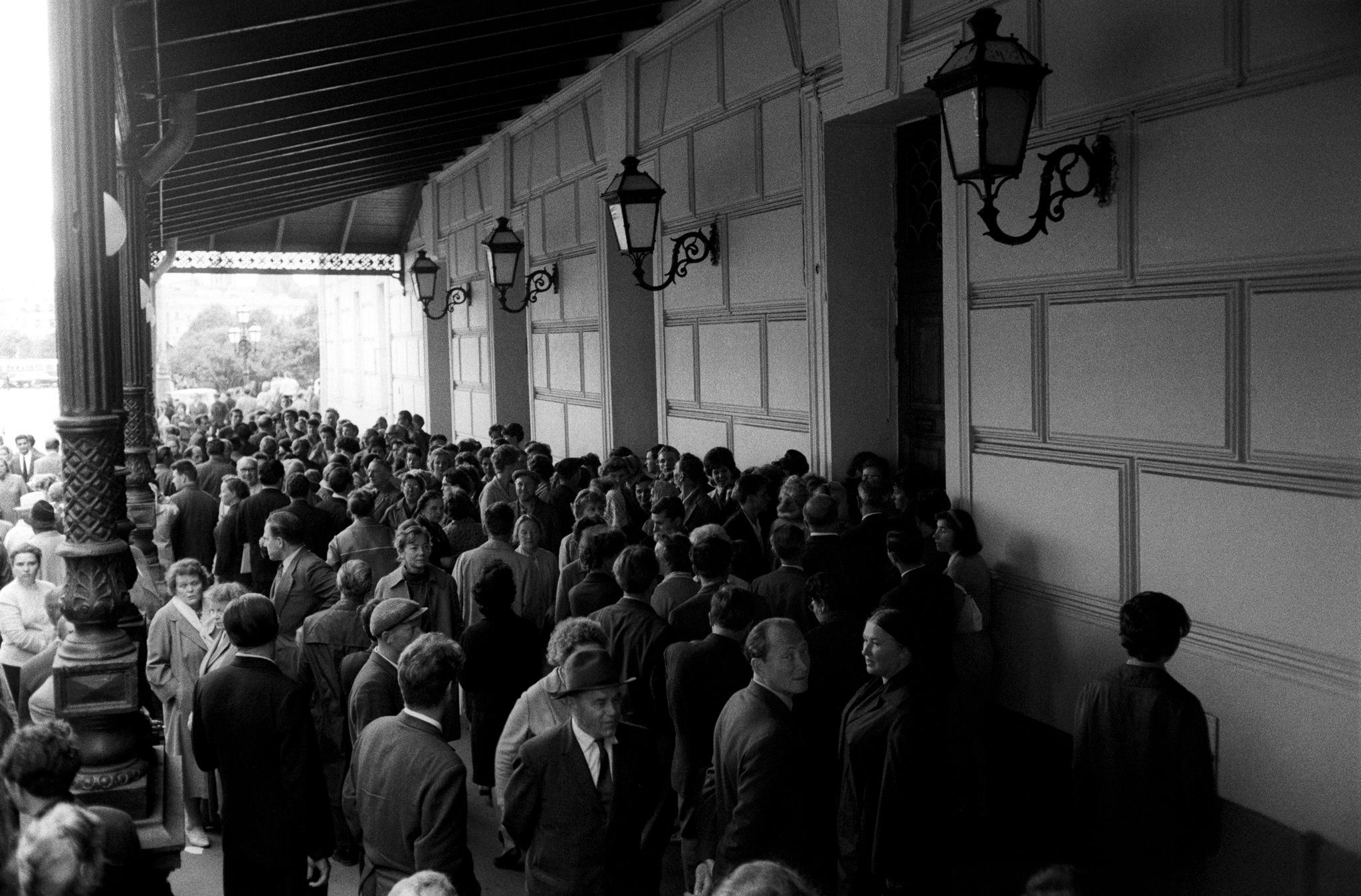 Зрители у входа в Большой театр.png