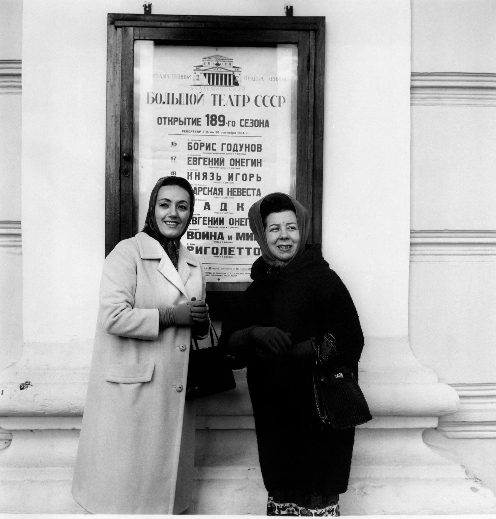 Итальянские сопрано Габриэлла Туччи и  меццо-сопрано Джульетта Симионато позируют перед плакатом «Риголетто», идущим в Большом театре.png