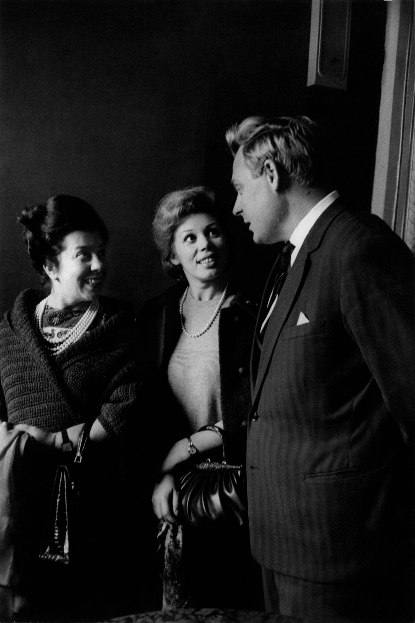 Мирелла Френи и Джульетта Симионато беседуют с русским баритоном Александром Огнистевым.png