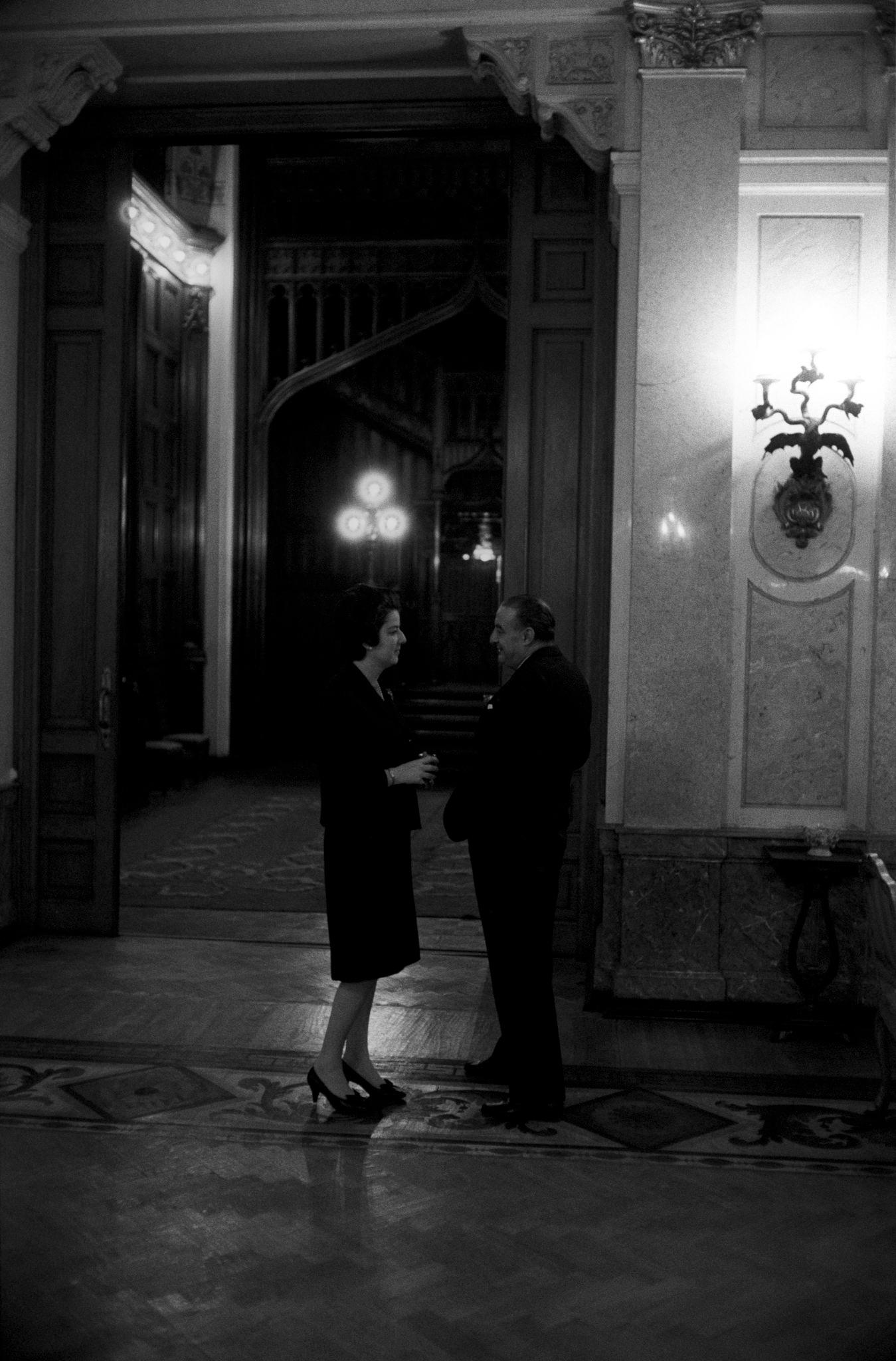 Мужчина и женщина разговаривают в коридоре Большого театра.png