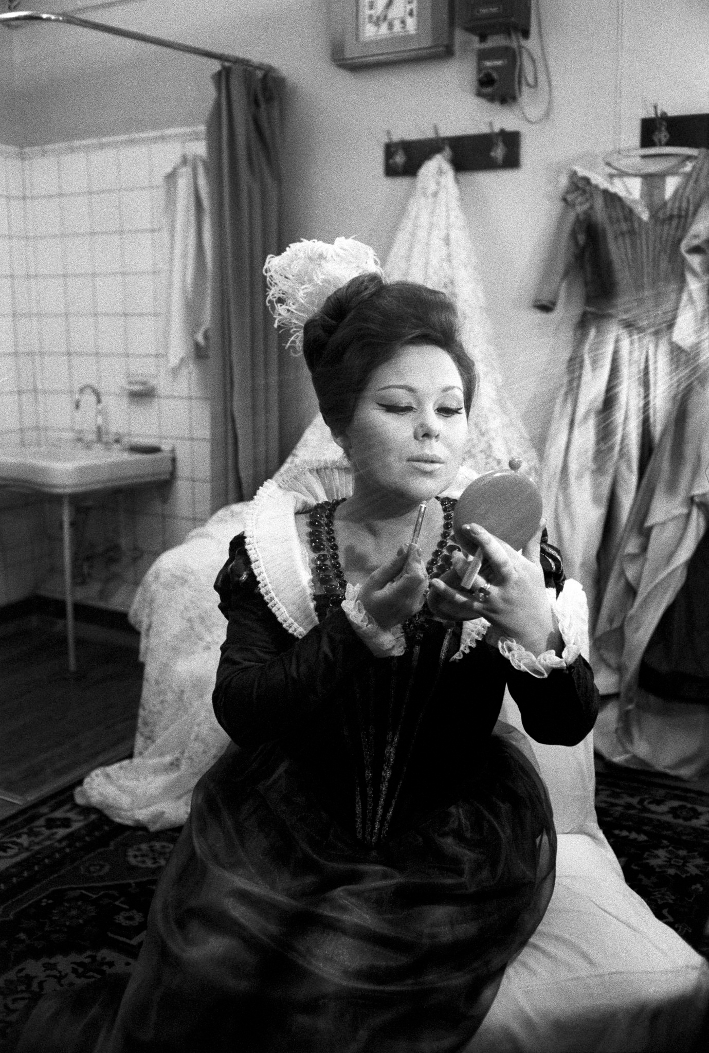 Рената Скотто в своей гардеробной.png