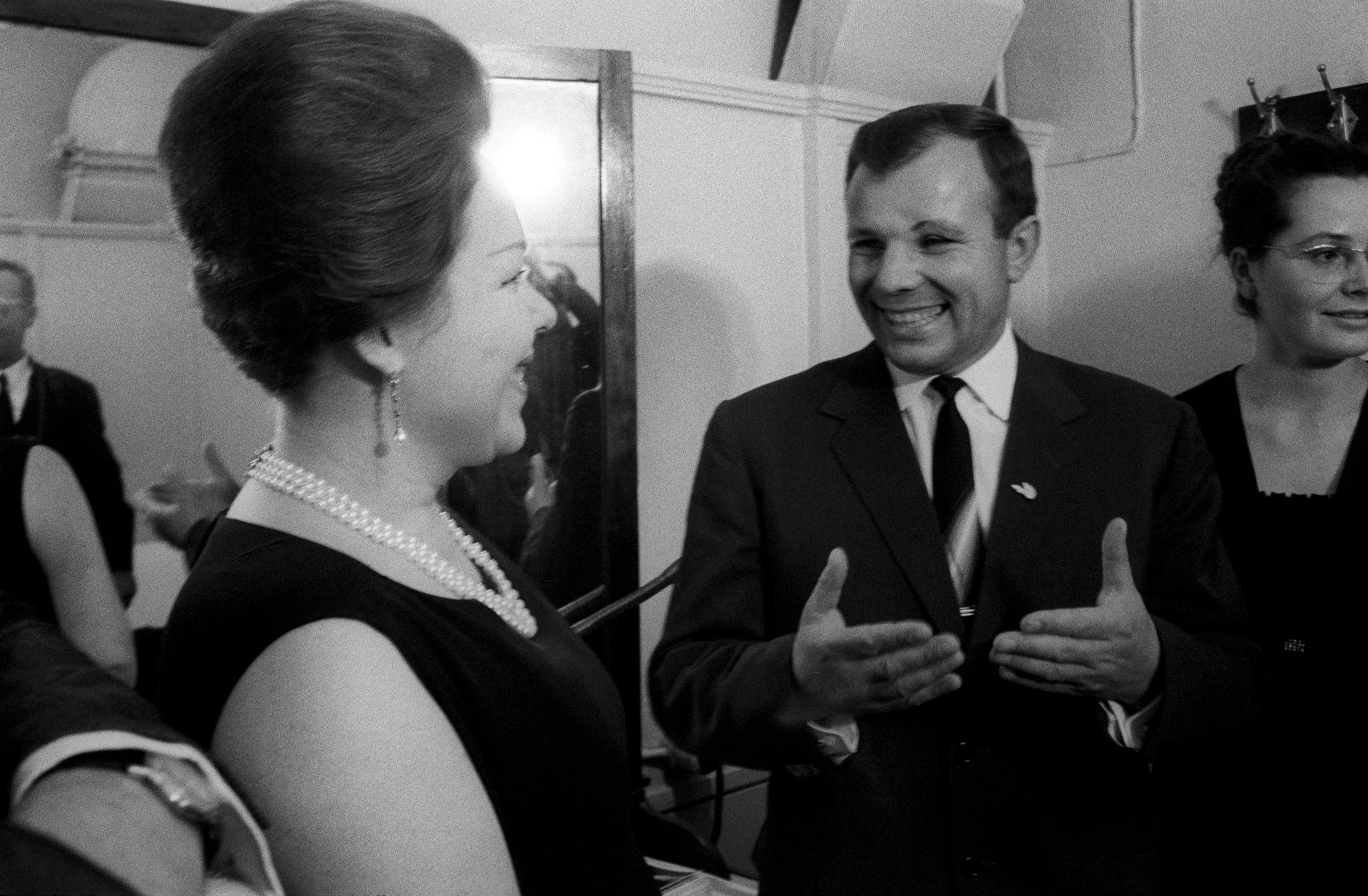 Рената Скотто улыбается и разговаривает с советским астронавтом Юрием Гагариным; слева, его жена Валентина Горячева.png