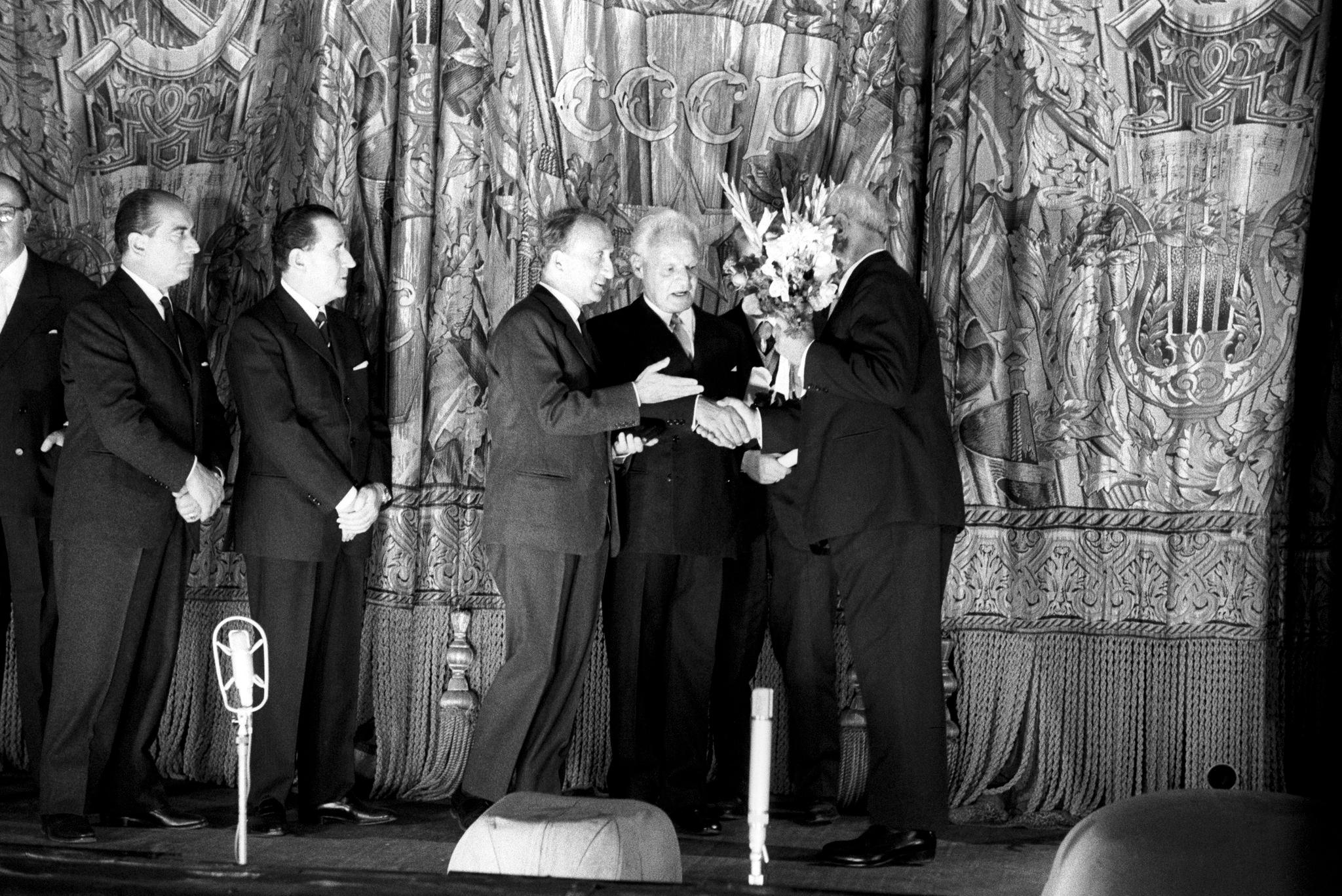 Руководство Театра ла Скала получает комплименты, цветы и рукопожатия в конце спектакля оперы «Турандот»..png