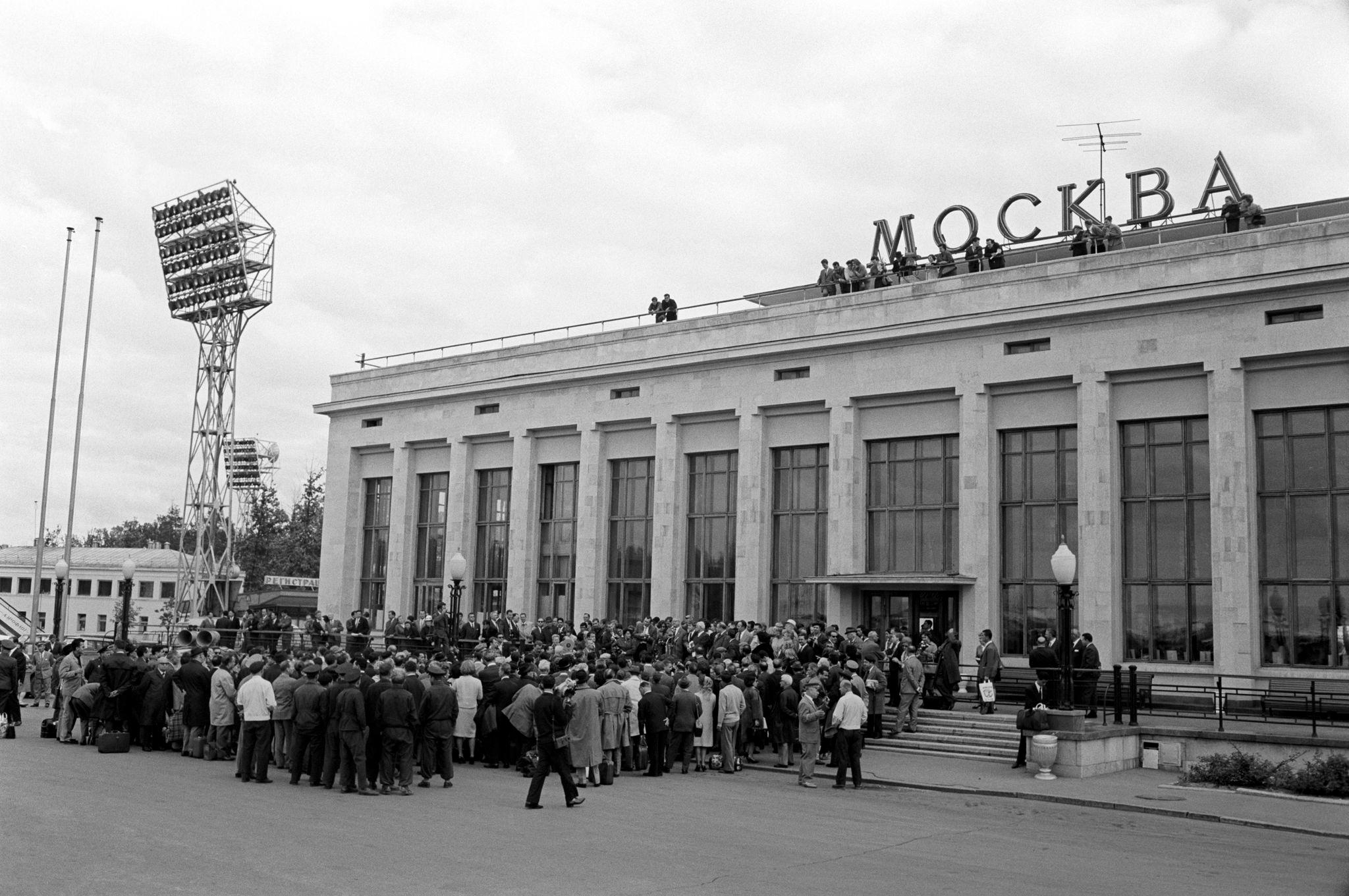 Толпа за пределами московского аэропорта готова приветствовать актеров Театра алла Скала, которые находятся в Москве на гастролях.png