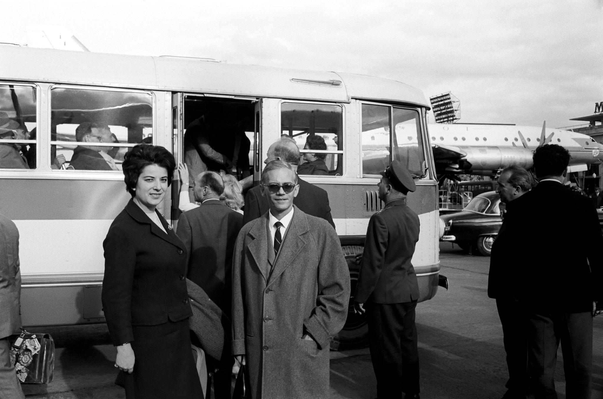Труппа артистов Театра Ла Скала садится в автобус чтобы выехать из аэропорта.png