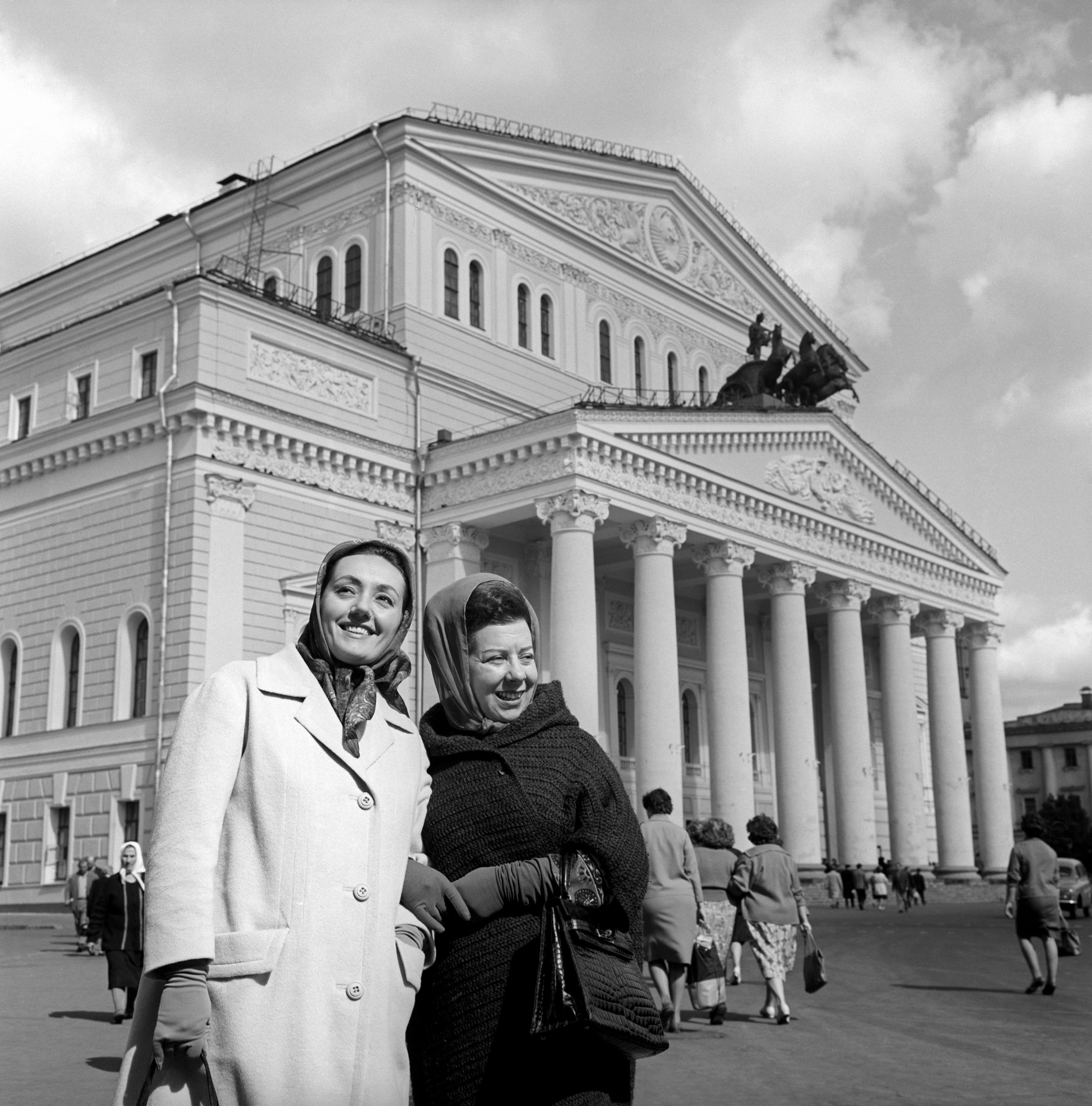 Эдда Винченци и Джульетта Симионато у Большого театра..jpg