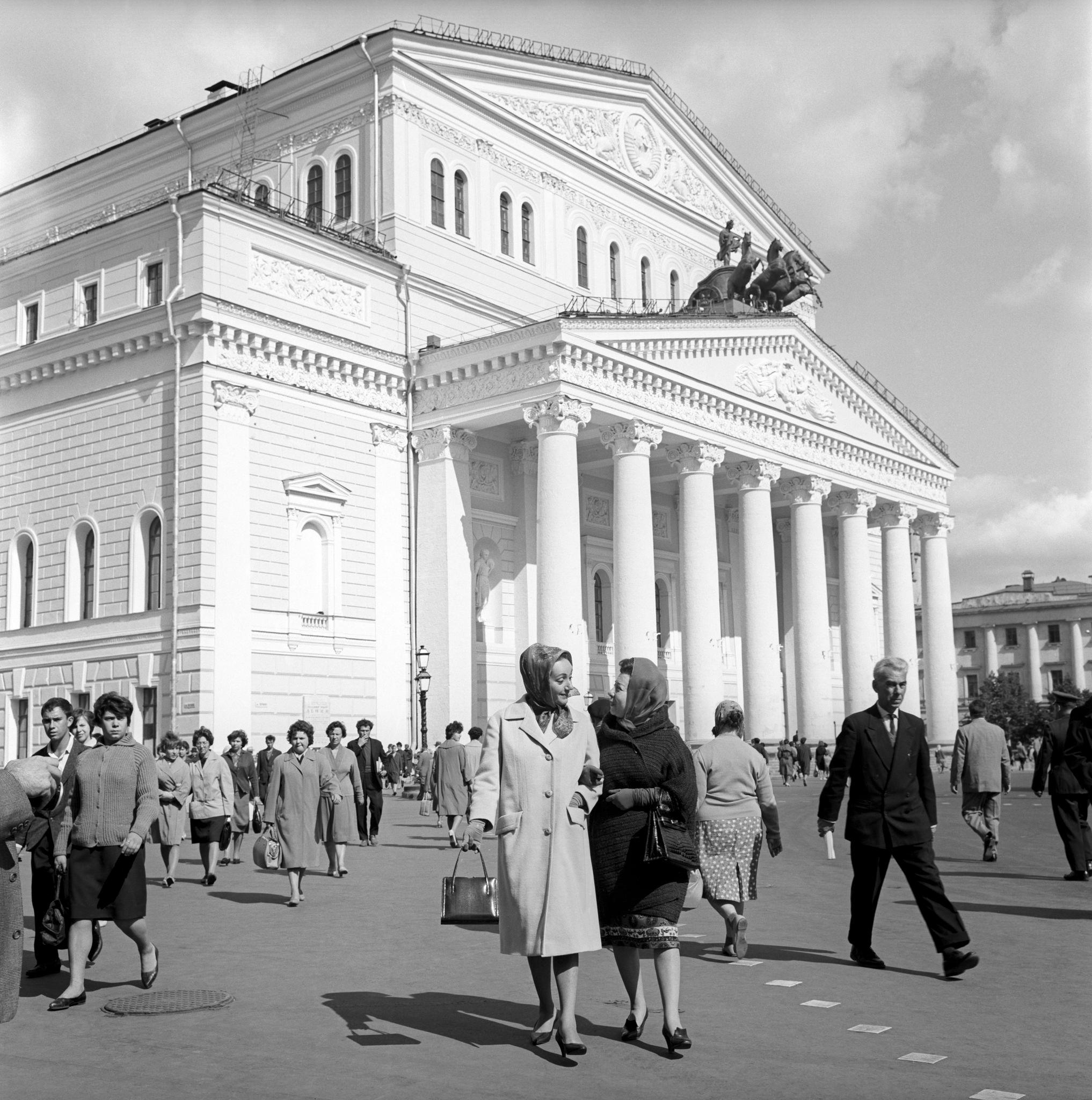 Эдда Винченци и Джульетта Симионато у Большого театра.jpg