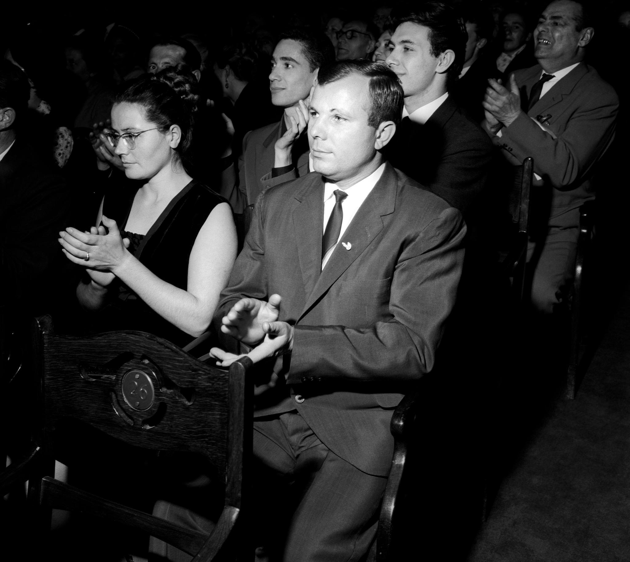 Юрий Гагарин и его жена Валентина аплодируют артистам театра Ла Скала, которыетолько что исполнили «Турандот». Большой театр, сентябрь (1).png
