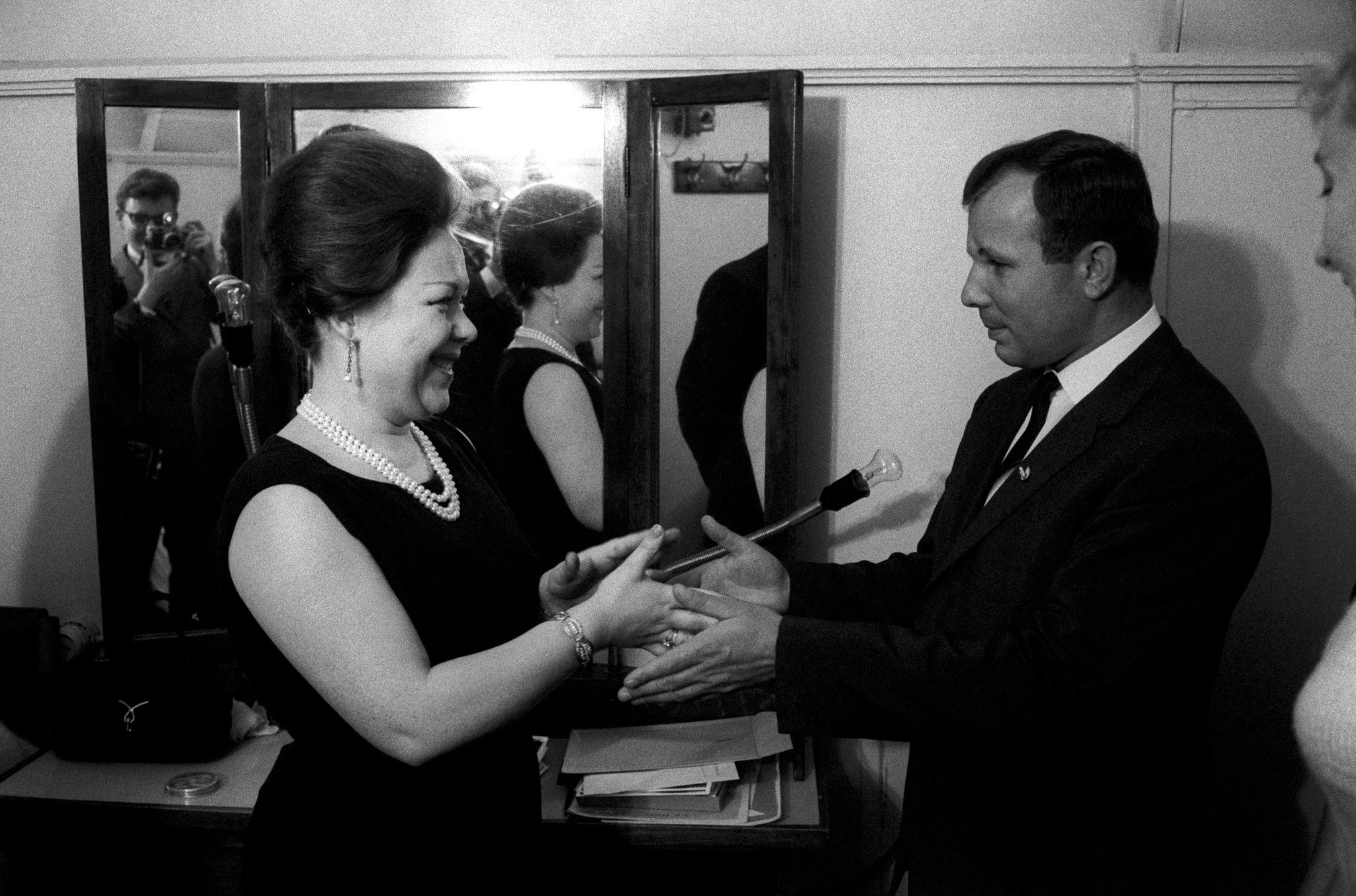Юрий Гагарин поздравляет с итальянской сопрано Ренатой Скотто, которая выступала в «Турандоте». Большой театр.png