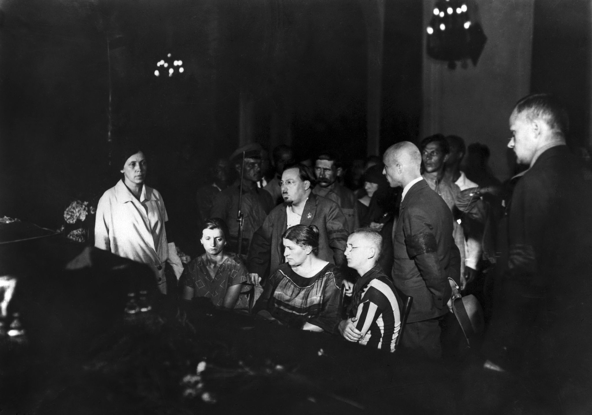 1926. Похороны Ф. Э. Дзержинскогов Москве, июль года. Вокруг гроба находятся его жена София и их сын Ян.png