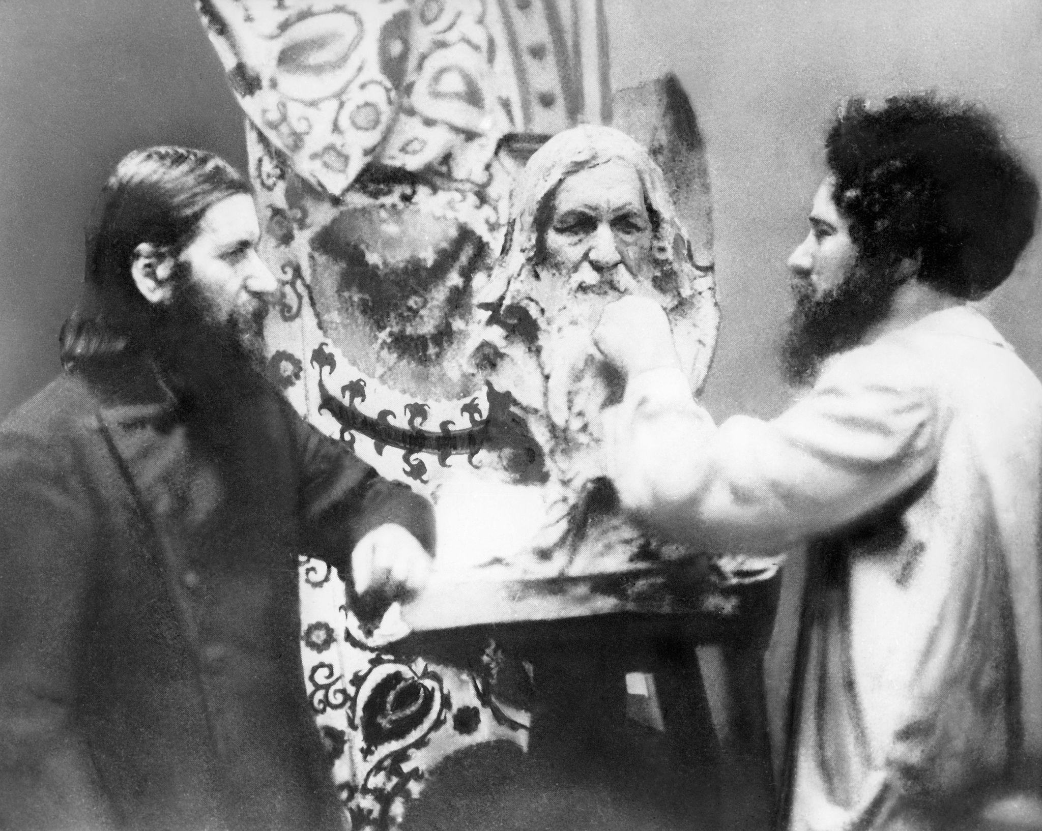 1915. Скульптор Наум Аронсон за работой над бюстом Распутина..jpg