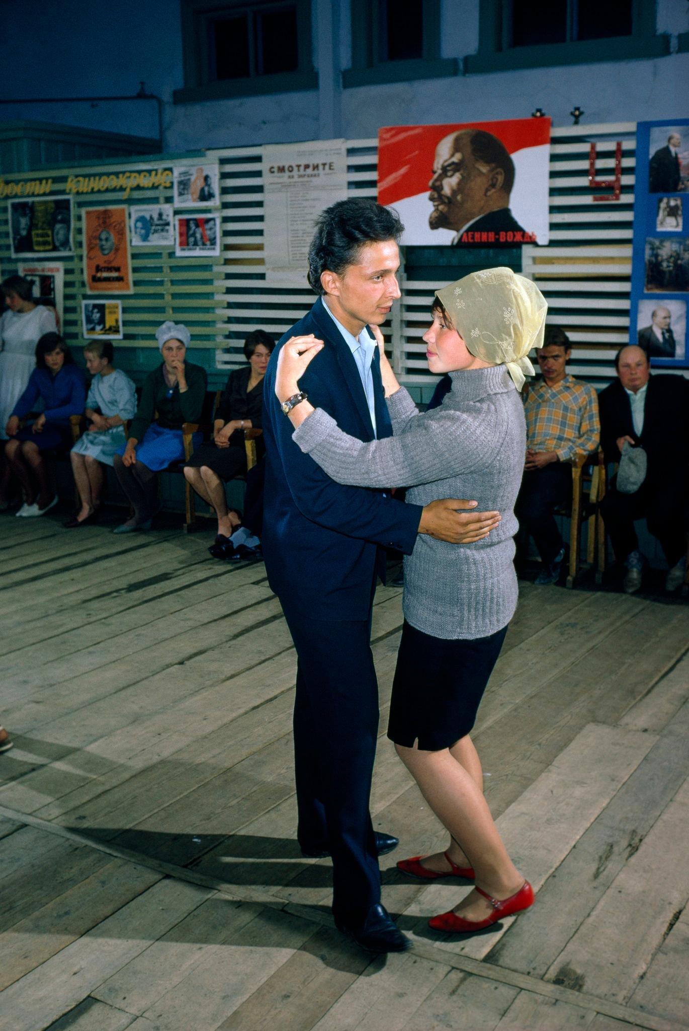 Танцы в поселке на берегу Байкала.jpg