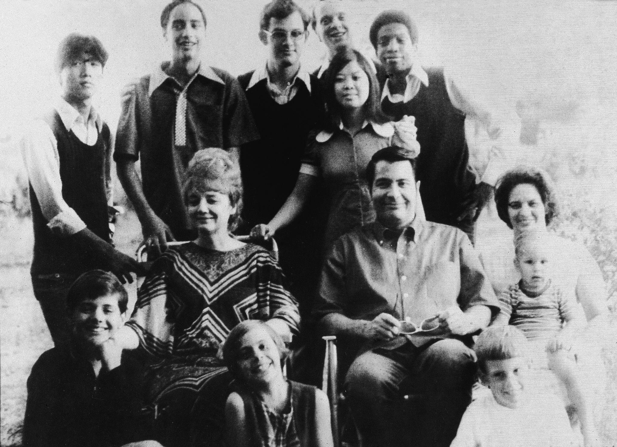 1976. Портрет американского религиозного лидера Джима Джонса (1931 - 1978) и его жены Марселин Джонс (1927 - 1978), сидящей перед своими приемными де…
