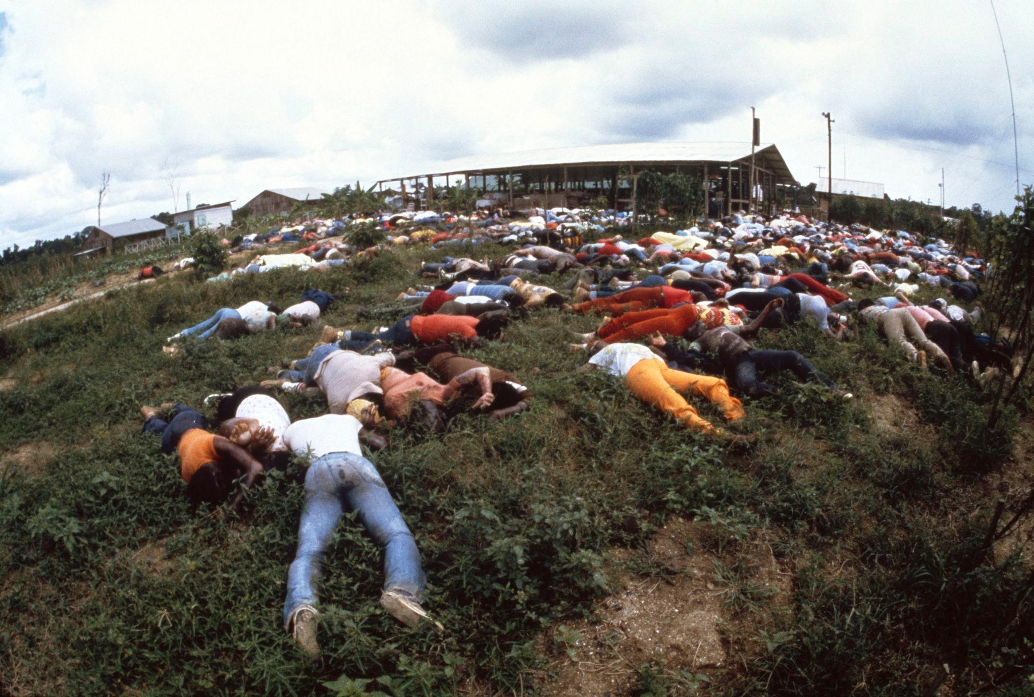1978. Мертвые тела лежат возле комплекса культа Народного храма 18 ноября 1978 года в Джонстауне.jpg