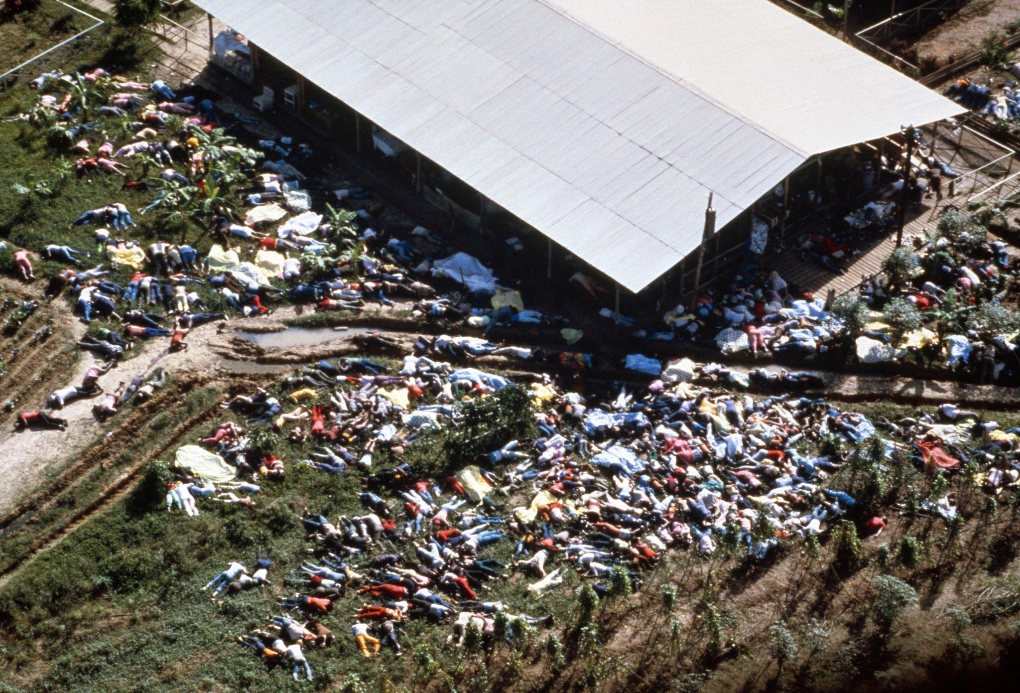 1978. Мертвые тела лежат вокруг комплекса культа Народного Храма 18 ноября.jpg